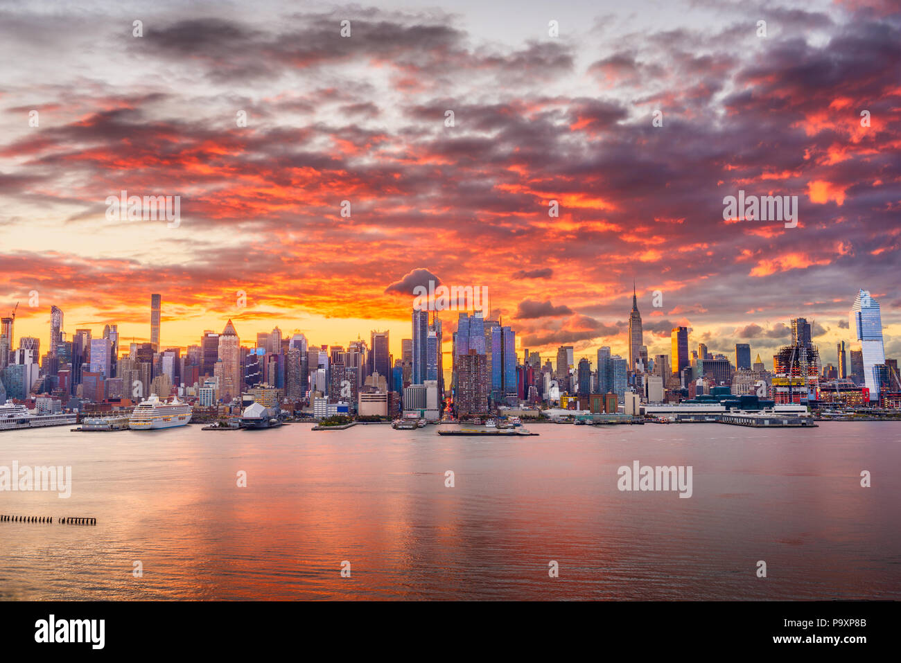 New York, New York, USA midtown skyline at dawn from the Hudson River. - Stock Image