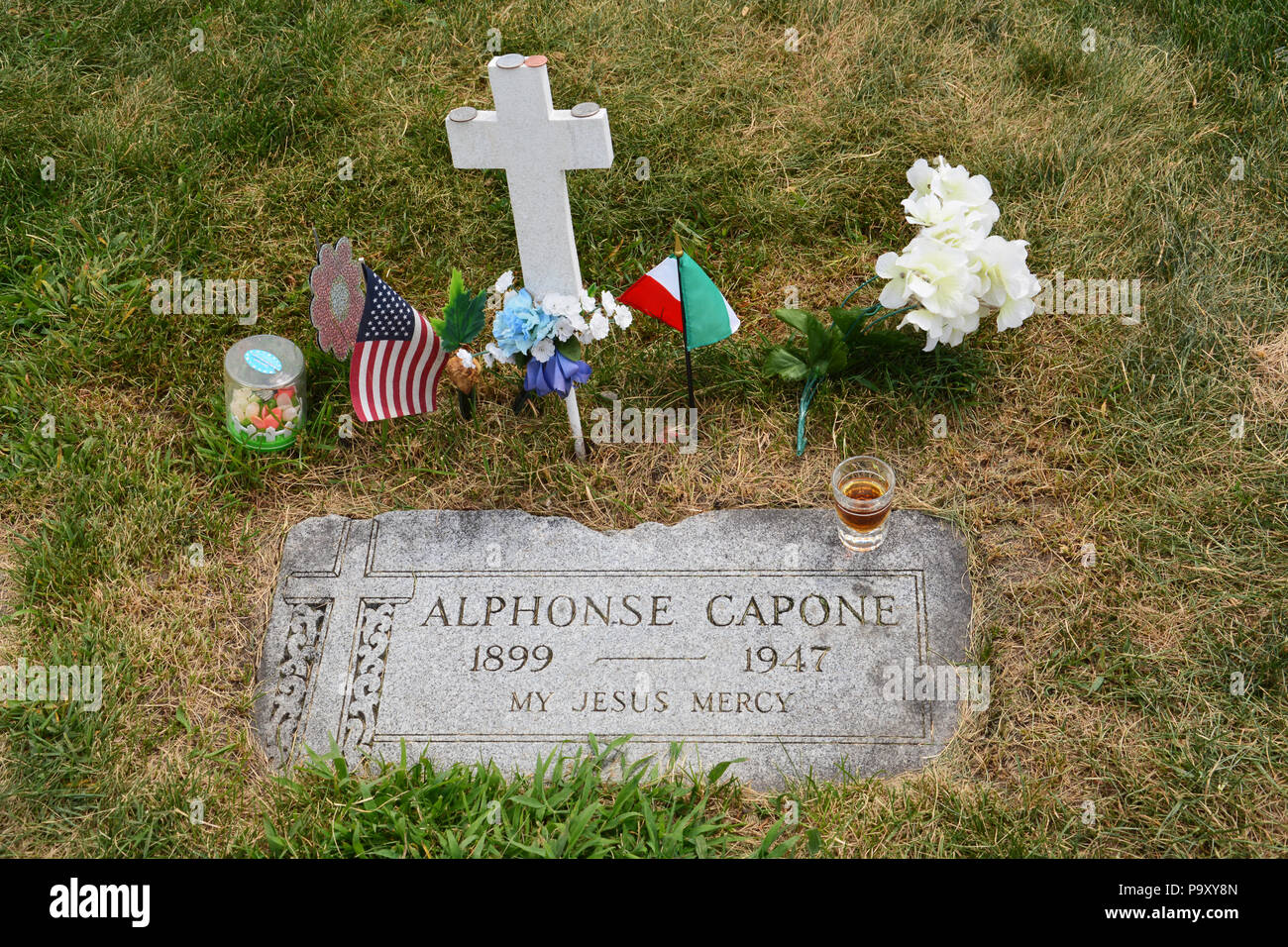 Visitors leave tributes at the headstone of 1920's Chicago gangster Al Capone at the Mount Carmel Cemetery in suburban Hillside - Stock Image
