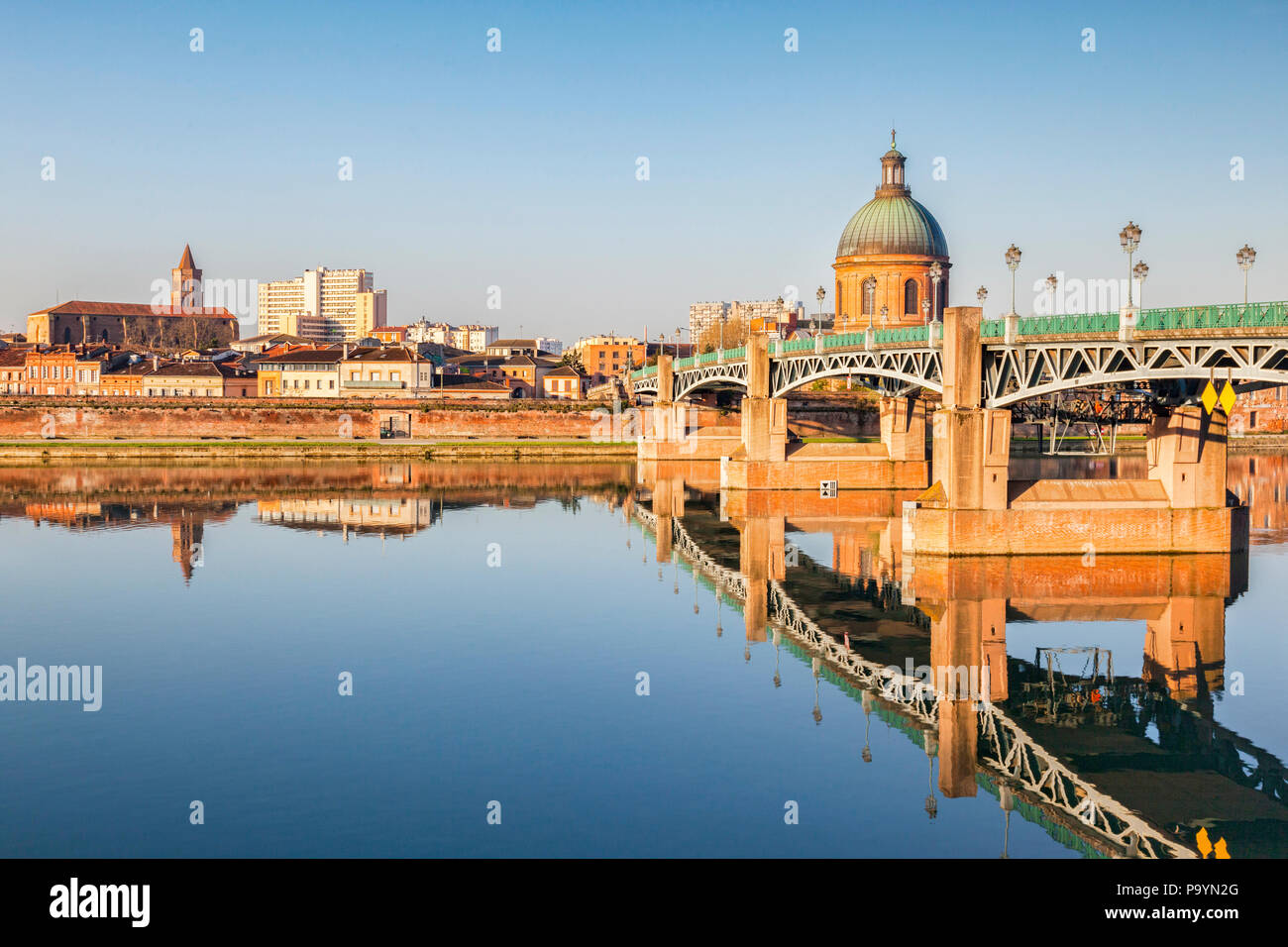 The Saint Pierre Bridge and the dome of the La Grace Hospital reflecting in the Garonne, Toulouse, Haute Garonne, Midi Pryenees, France. - Stock Image