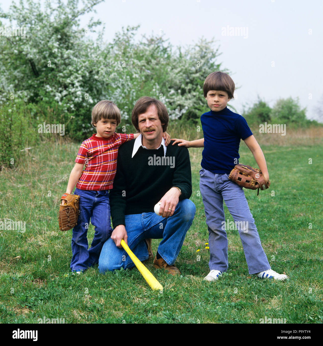 1970s FATHER AND TWO SONS WITH BASEBALL GLOVES AND BAT LOOKING AT CAMERA - kj7861 HAR001 HARS 1 JUVENILE TEAMWORK COMPETITION ATHLETE SONS FAMILIES LIFESTYLE BROTHERS HOME LIFE COPY SPACE FULL-LENGTH PERSONS INSPIRATION CARING MALES ATHLETIC SIBLINGS SPIRITUALITY CONFIDENCE FATHERS EYE CONTACT HAPPINESS STRENGTH AND DADS DIRECTION OPPORTUNITY AUTHORITY SIBLING CONNECTION SUPPORT JUVENILES MID-ADULT MID-ADULT MAN RELAXATION TOGETHERNESS CAUCASIAN ETHNICITY HAR001 OLD FASHIONED - Stock Image