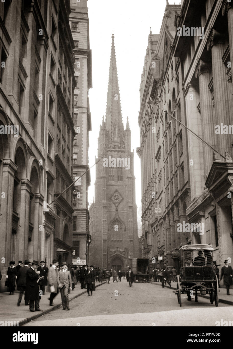 1910s 1915 TRINITY CHURCH ANONYMOUS BUSINESSMEN PEDESTRIANS HORSE AND CARRIAGE WALL STREET NEW YORK CITY USA - q74173 CPC001 HARS DREAMS MAMMALS STRATEGY CUSTOMER SERVICE TURN OF THE 20TH CENTURY EXCITEMENT PROGRESS OPPORTUNITY NYC OCCUPATIONS NEW YORK CITIES NEW YORK CITY ANONYMOUS GROWTH HORSE AND CARRIAGE MAMMAL WALL STREET 1915 BLACK AND WHITE CAUCASIAN ETHNICITY OLD FASHIONED - Stock Image