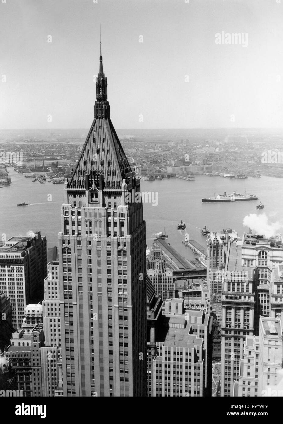 1930s NEO-GOTHIC BANK OF MANHATTAN TRUST BUILDING NOW THE TRUMP BUILDING 40 WALL STREET & VIEW OF HUDSON RIVER NEW YORK CITY USA - r978 HAR001 HARS SPIRE - Stock Image