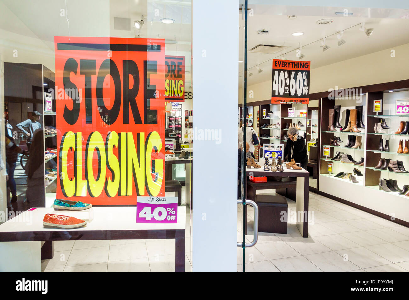 Orlando Florida The Mall at Millenia shopping Aerosoles shoe store store closing sale liquidation sign discount interior - Stock Image