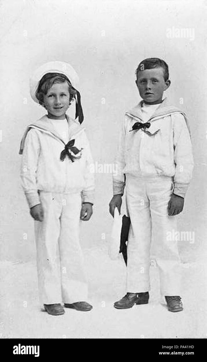 . English: Studio portrait of brothers Alan (left) and Ronald (right) McNicoll dressed in sailor outfits as young boys. The brothers went on to have distinguished careers in the Australian Military. circa 1914or 1915 108 Alan and Ronald McNicoll sailor portrait - Stock Image