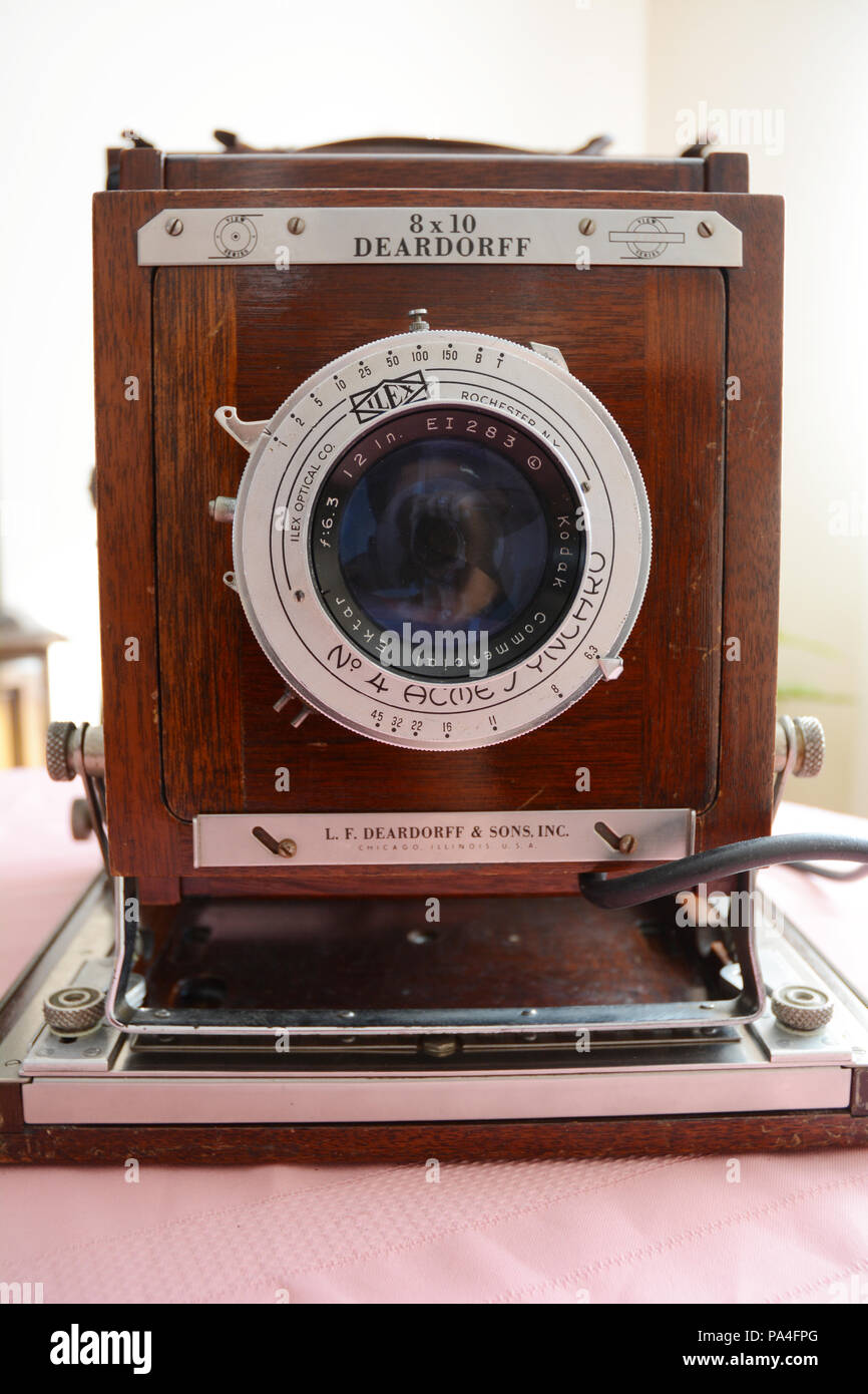 The front of a foldable large format Deardorff antique 8x10 analog field camera and Kodak lens built in the 1950s. - Stock Image