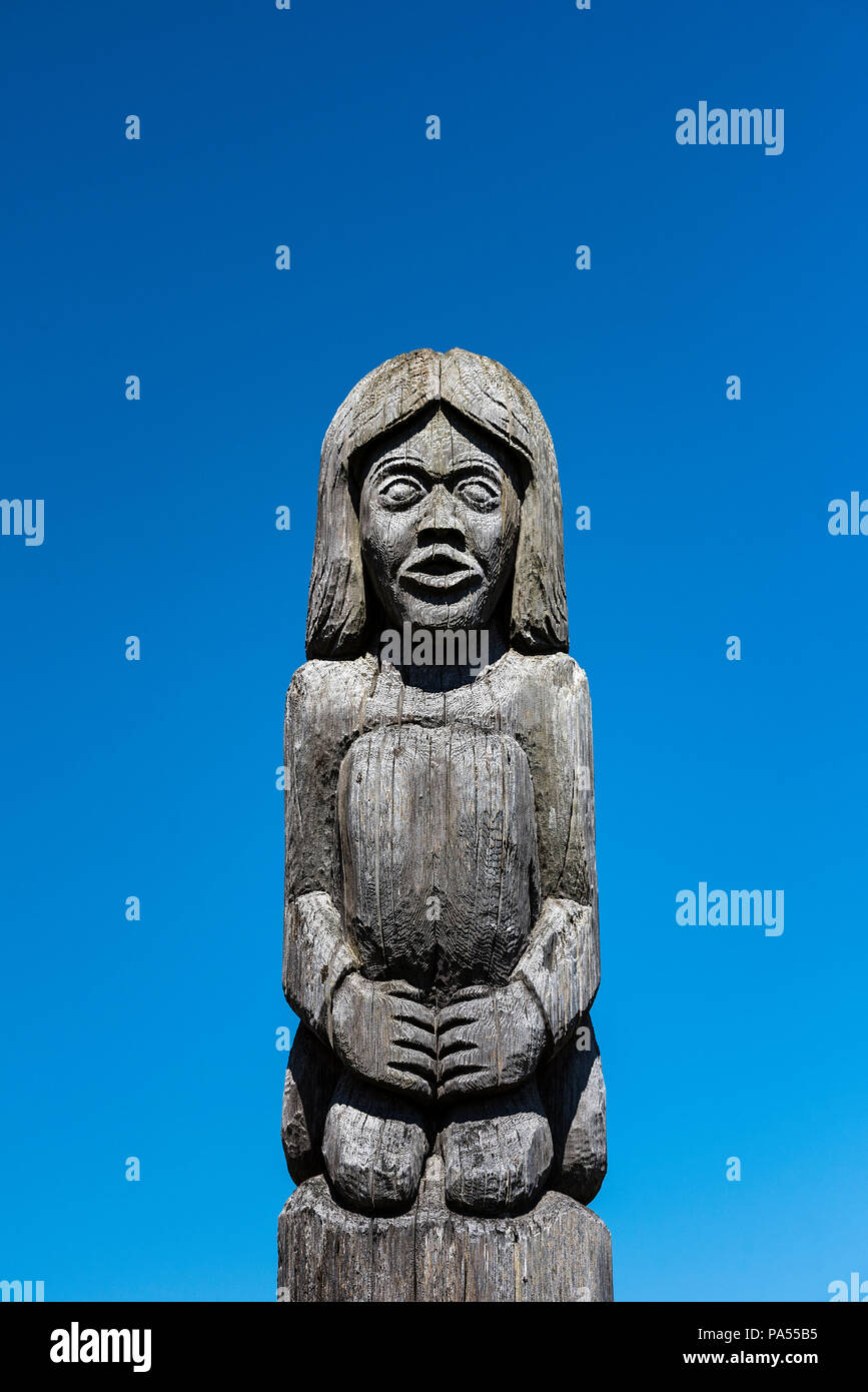 Traditional wood carving of a native american youth, Lummi Reservation, Whatcaom County, Washington, USA. - Stock Image