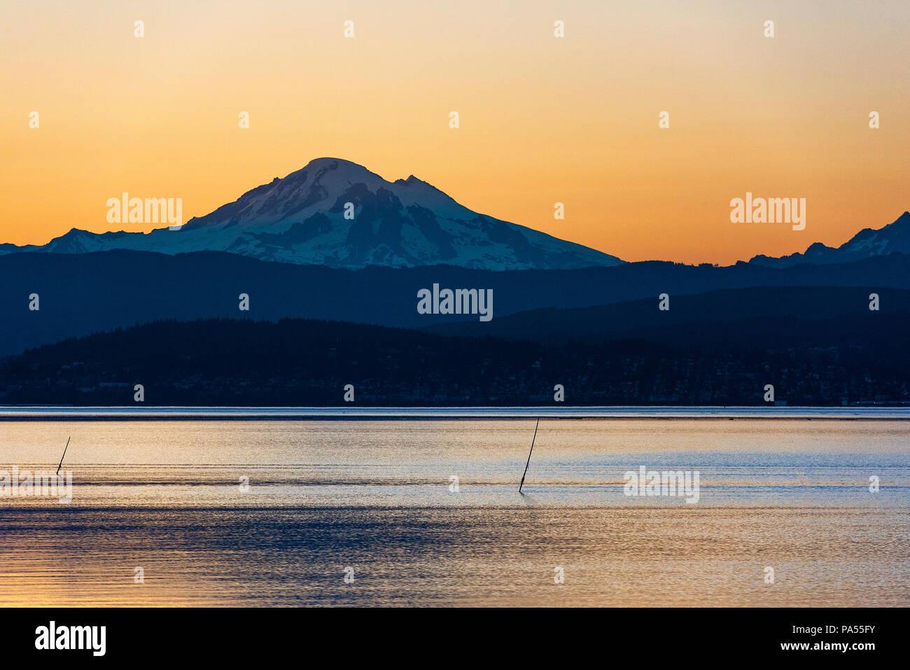 Sunrise over Mt. Baker across Bellingham Bay, Bellingham, Washington, Pacific Northwest, USA. - Stock Image