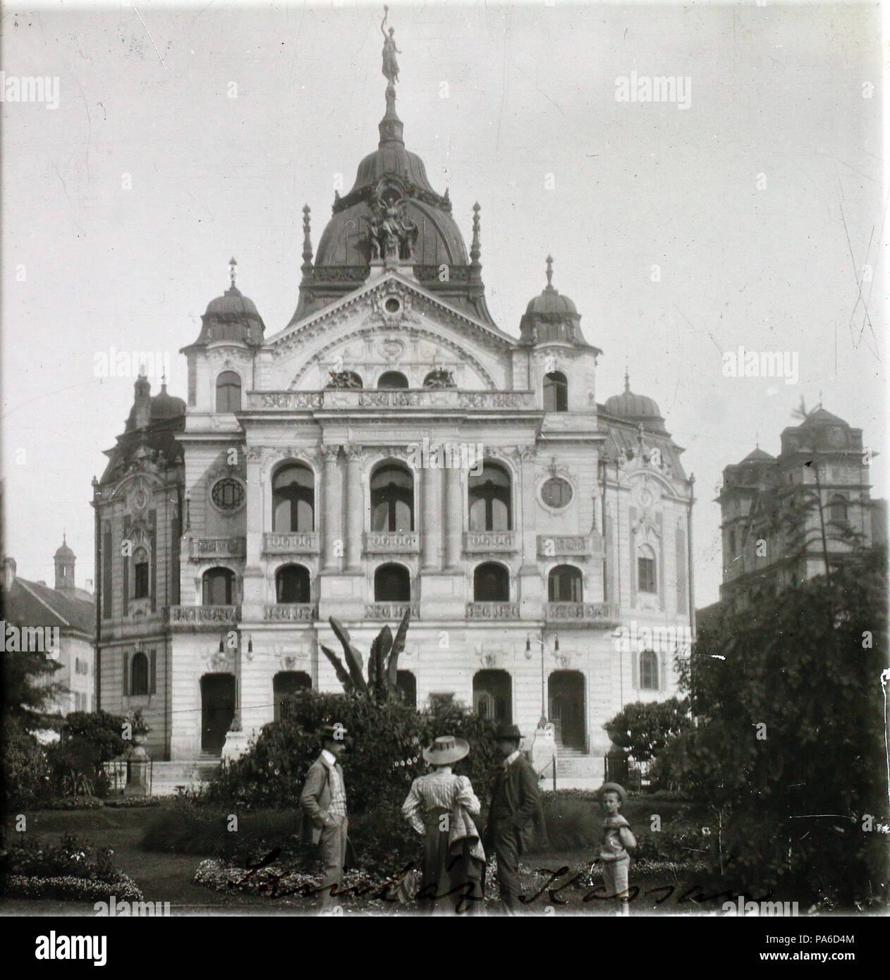 684 Fő tér (Hlavné namestie), szemben az Állami Színház, jobbra a Szentháromság-templom. Fortepan 101124 - Stock Image