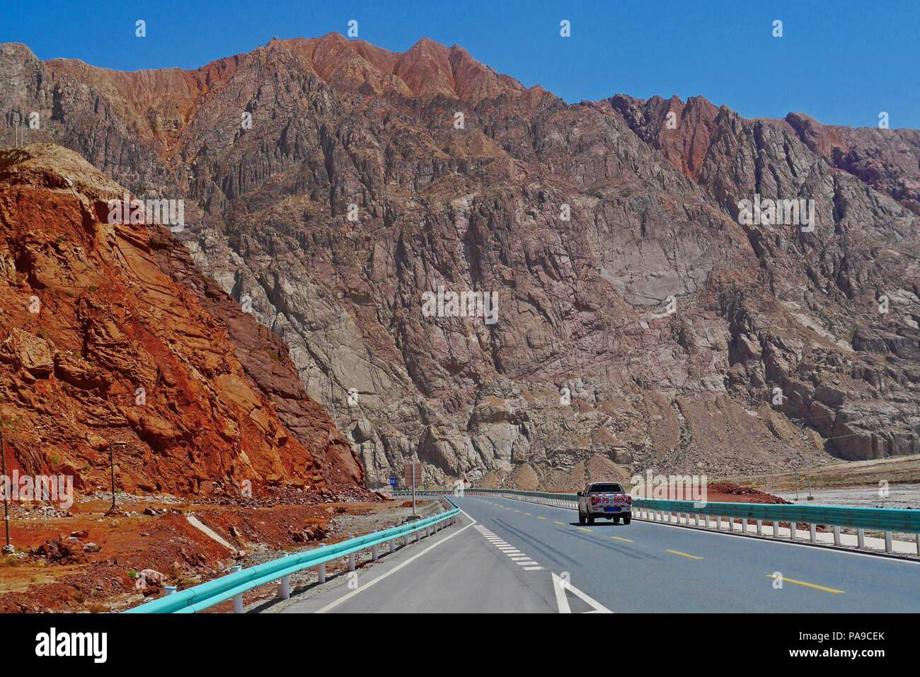 The good paved road conditions and beautiful scenic view of Karakoram Highway (China Section) in Xinjiang. - Stock Image