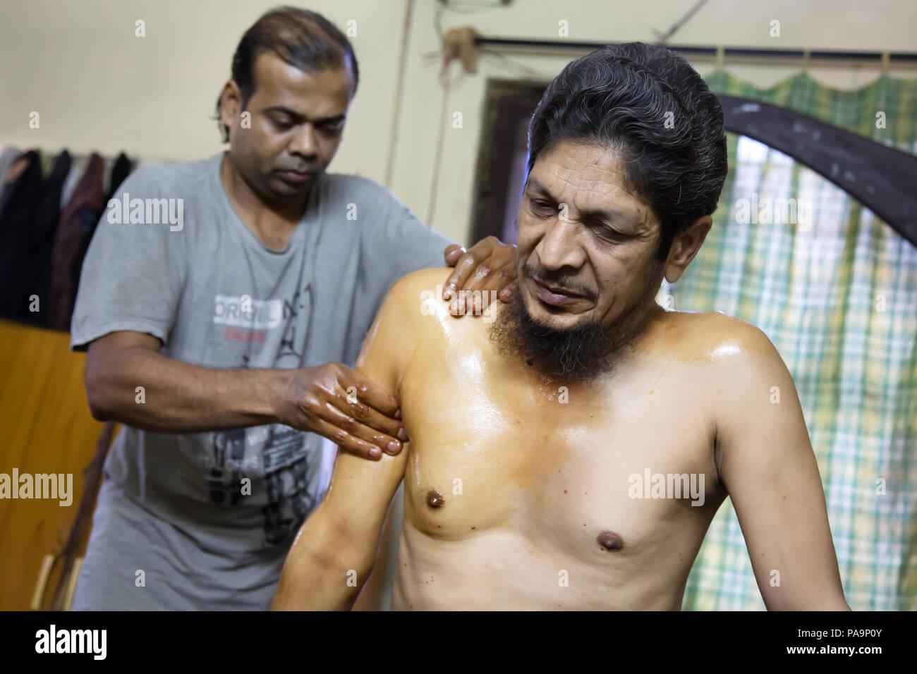 Ayurvedic treatment of ill people at Sambhavna Trust Clinic in Bhopal , India - Stock Image