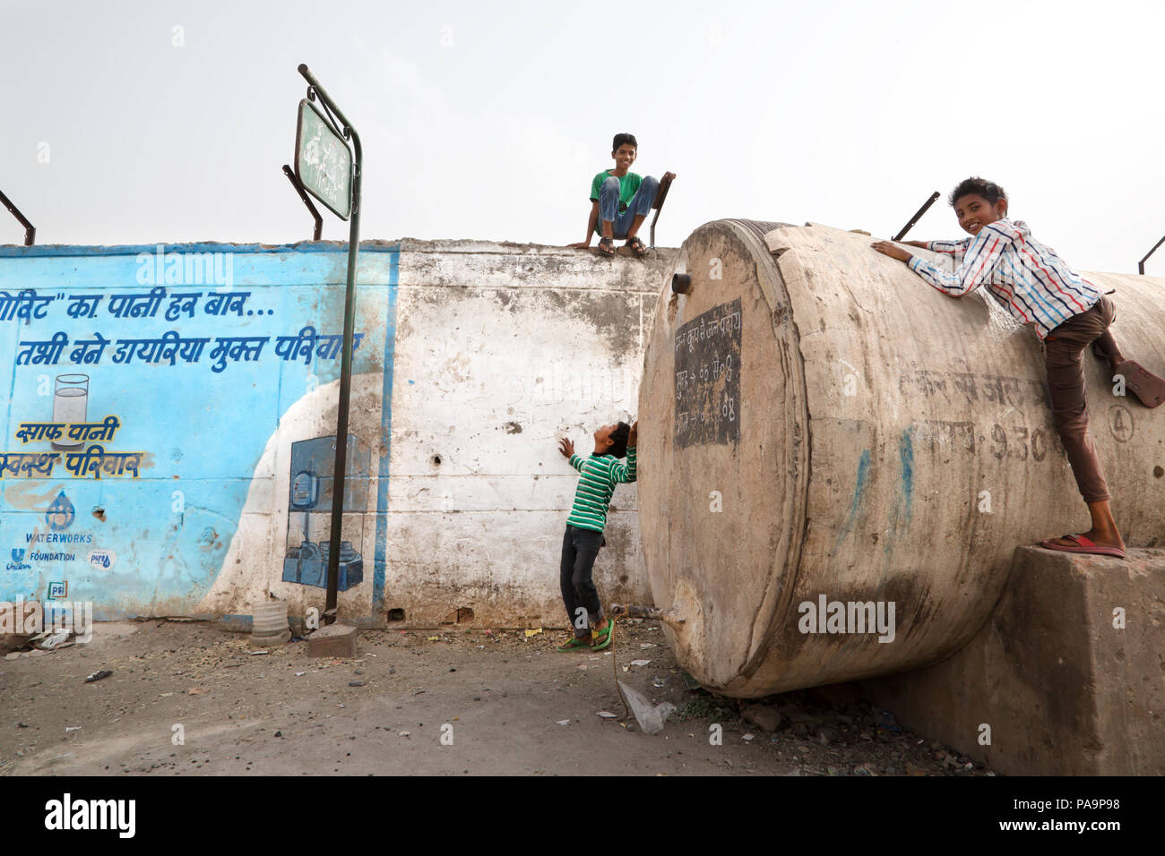 People living in Arif Nagar area, near the abandoned Union Carbide industrial complex, Bhopal, India - Stock Image