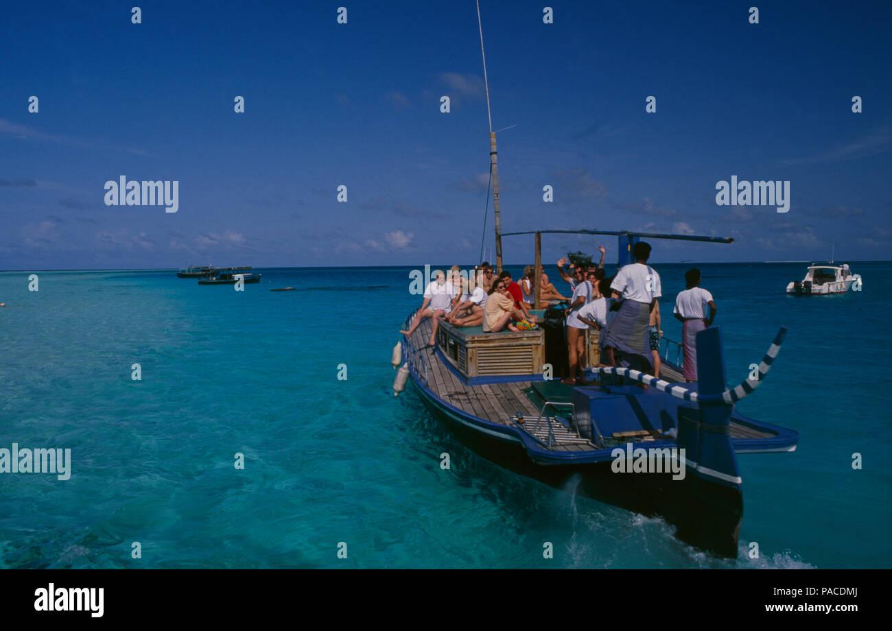 Touristen-Bootsauflug zum Tauchen und Schnorcheln bei Digofinolu-Veligandahura auf den Malediven | Tourists boattrip for diving and snorkeling in the  - Stock Image