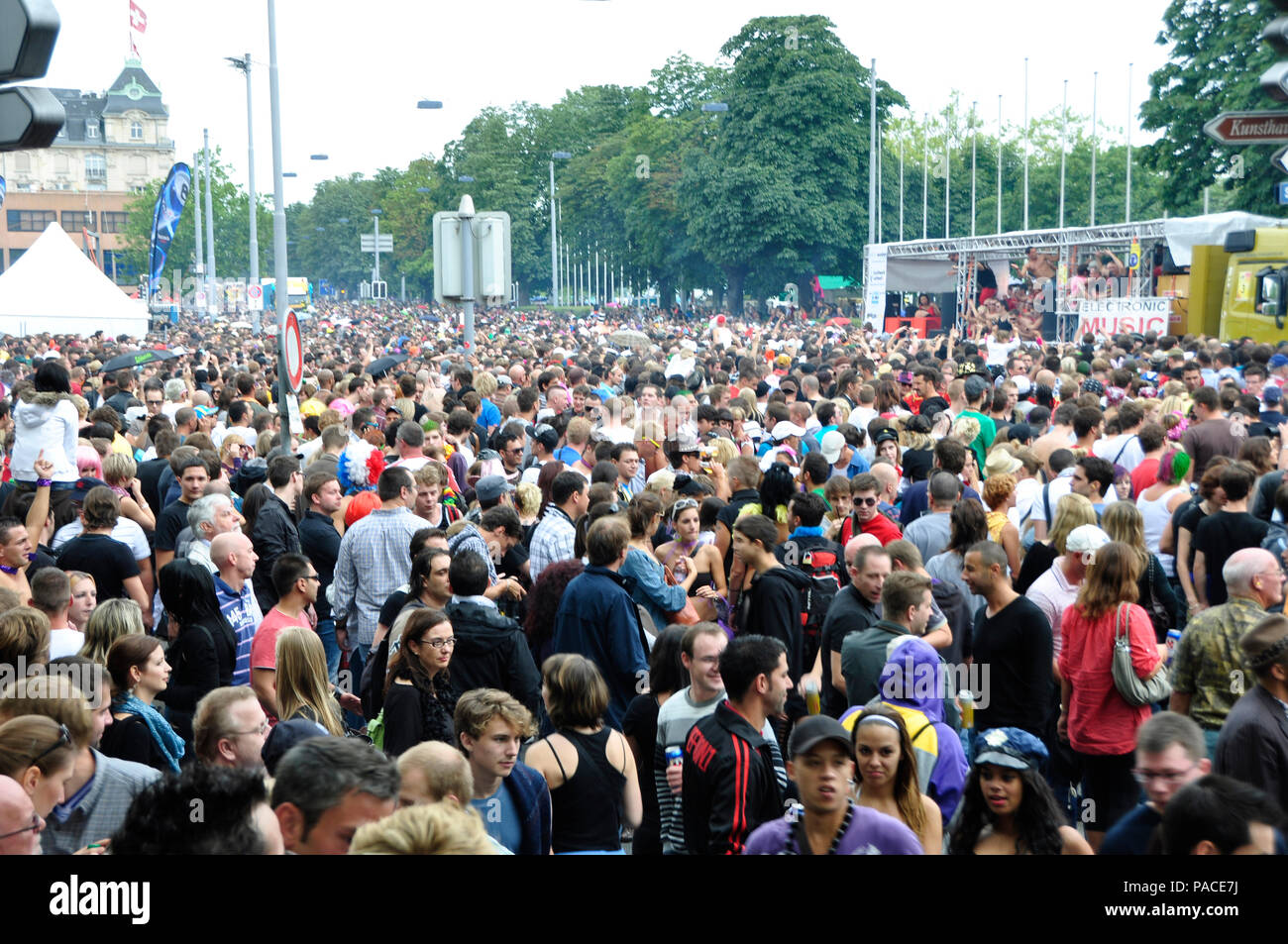 Streetparade Zürich: The Masses of peoples are a big challenge for