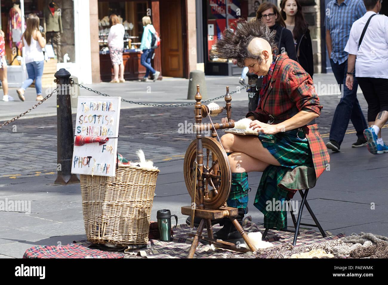 punk rocker spinning wool on the street of Edinburgh - Stock Image