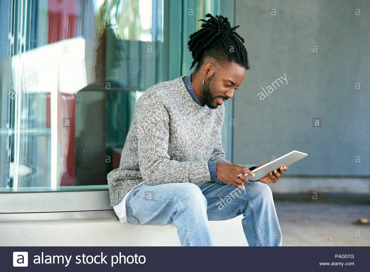 Man using digital tablet - Stock Image