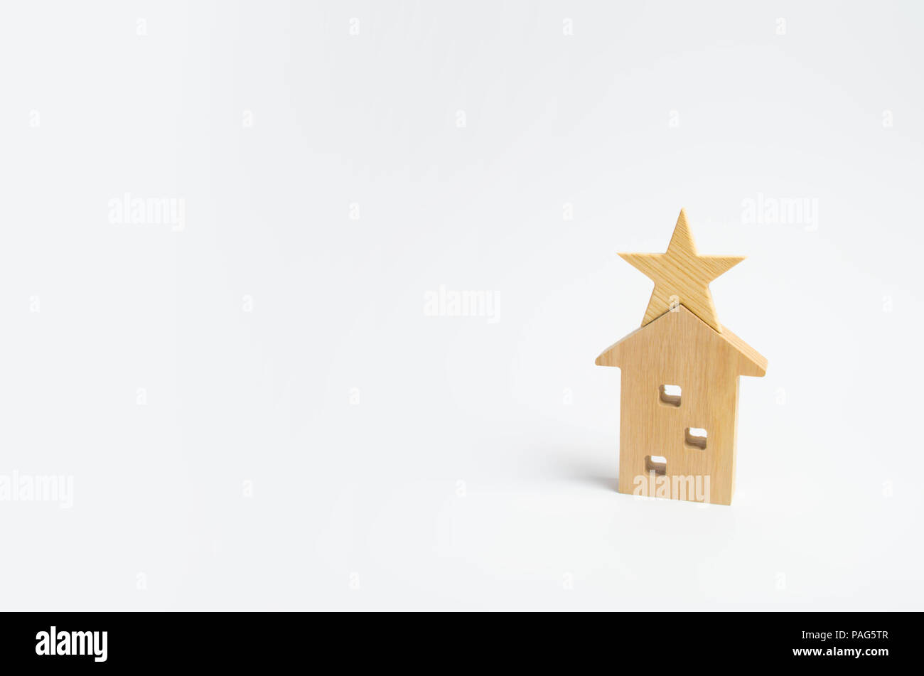 Wooden house with a star on a white background. The concept of luxury real estate. Buying and selling apartments. Mark of distinction. Self-management - Stock Image
