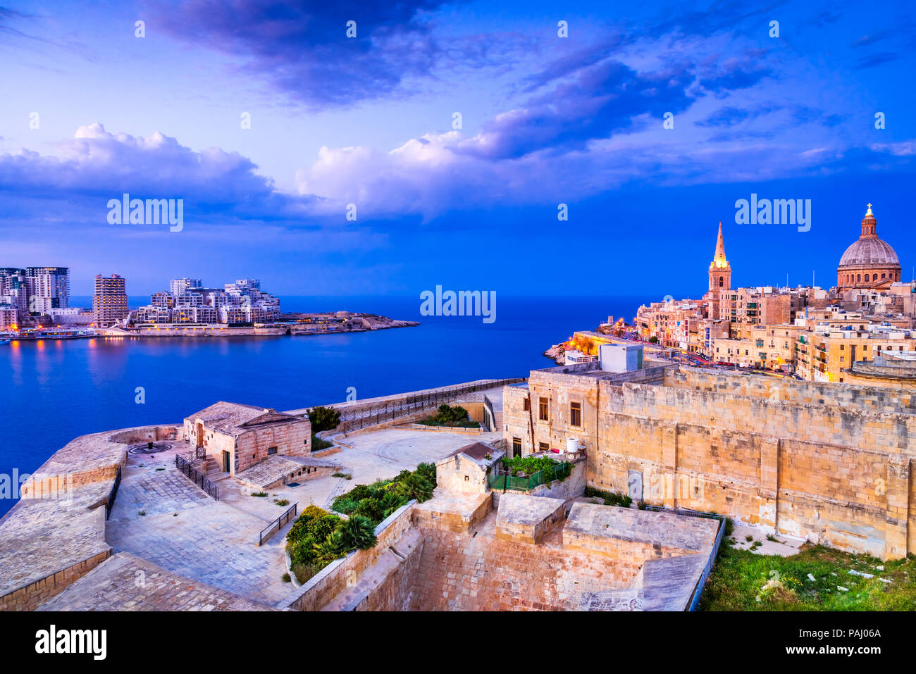 Valletta, Malta. Nightview of Marsamxmett Harbour and Silema city, Valletta. - Stock Image