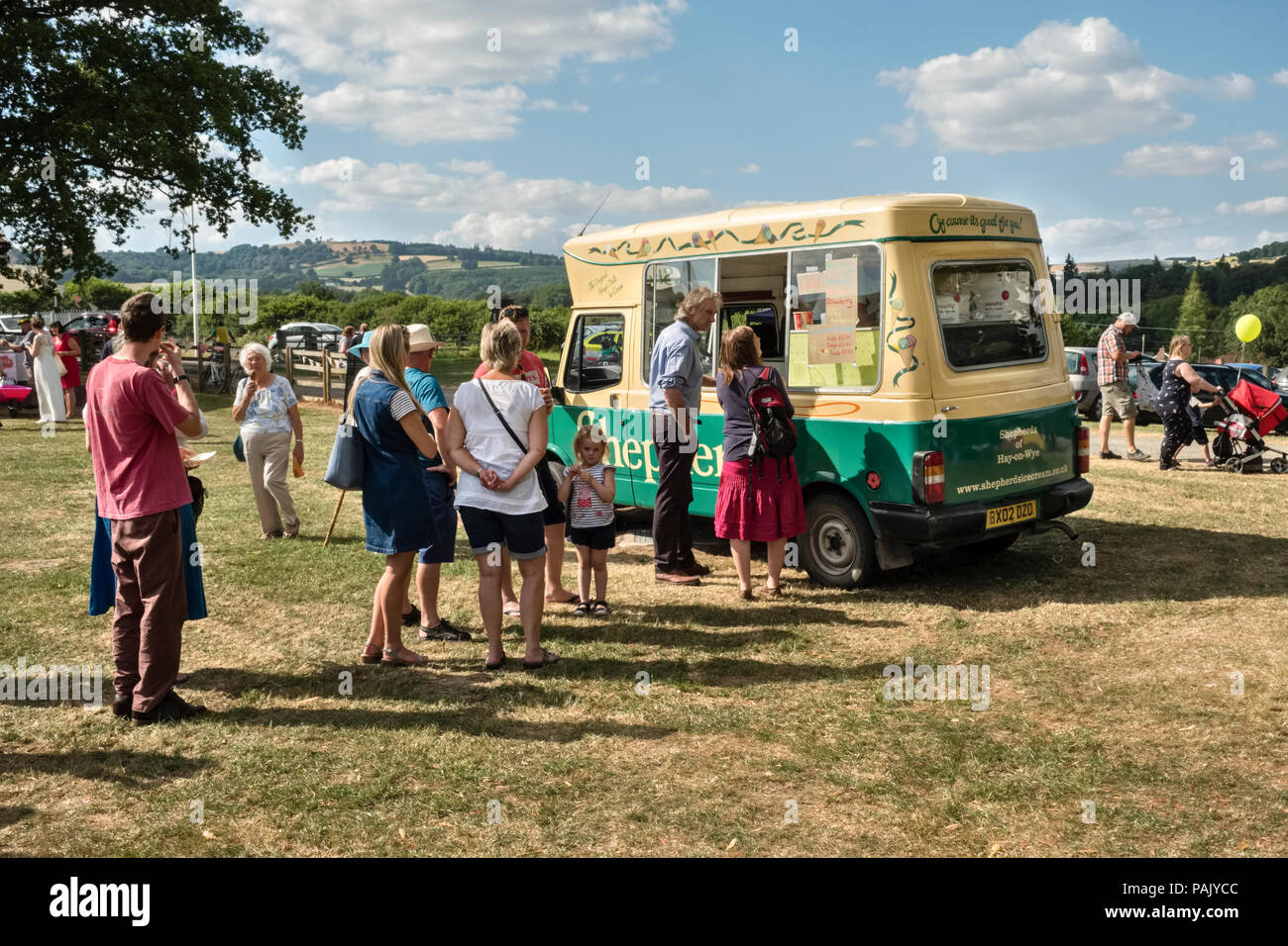 Presteigne, Powys, UK. A queue for ice creams at the local carnival during the heatwave of 2018 - Stock Image