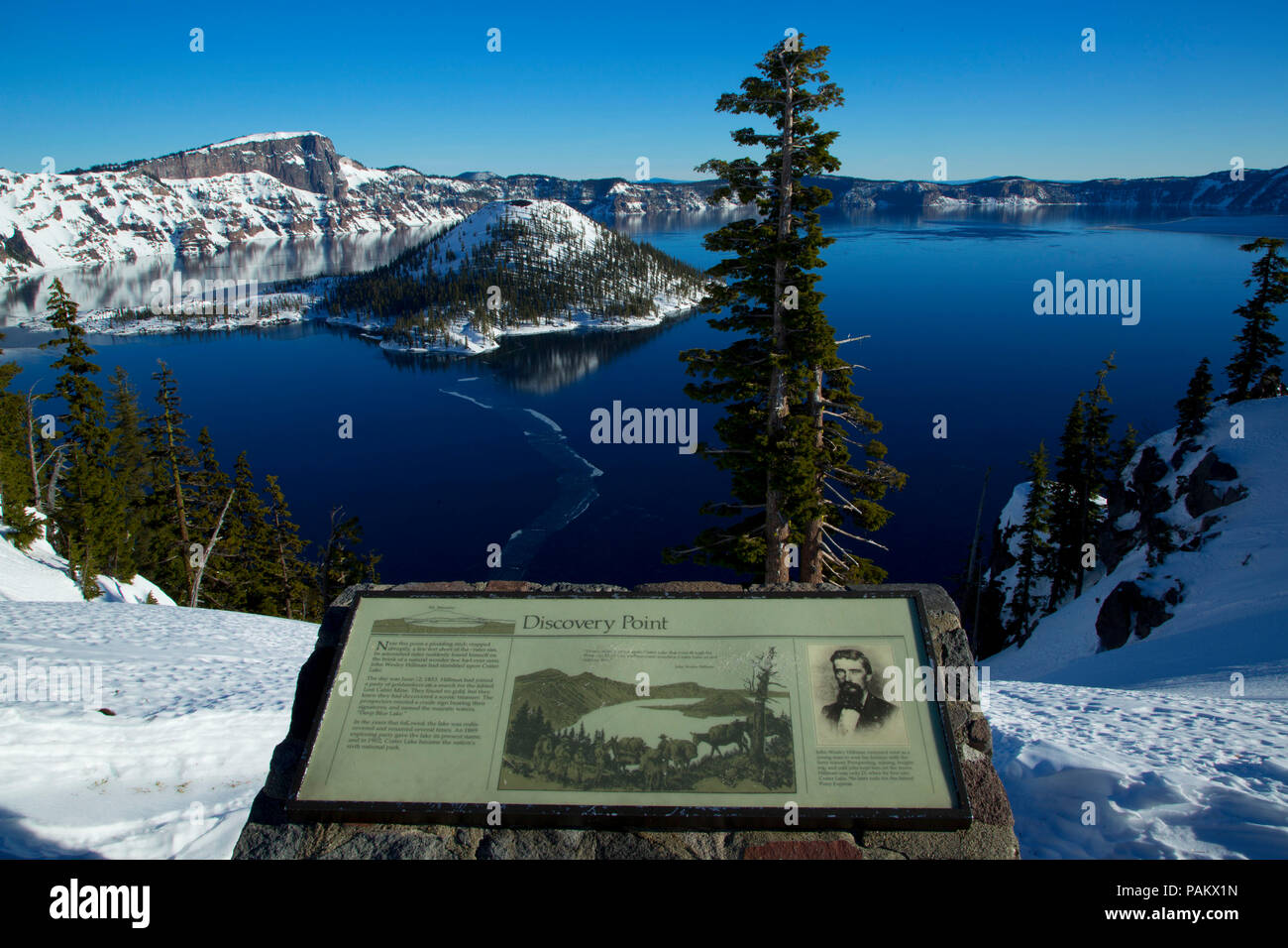 Discovery Point interpretive board to Crater Lake with Wizard Island, Crater Lake National Park, Oregon - Stock Image