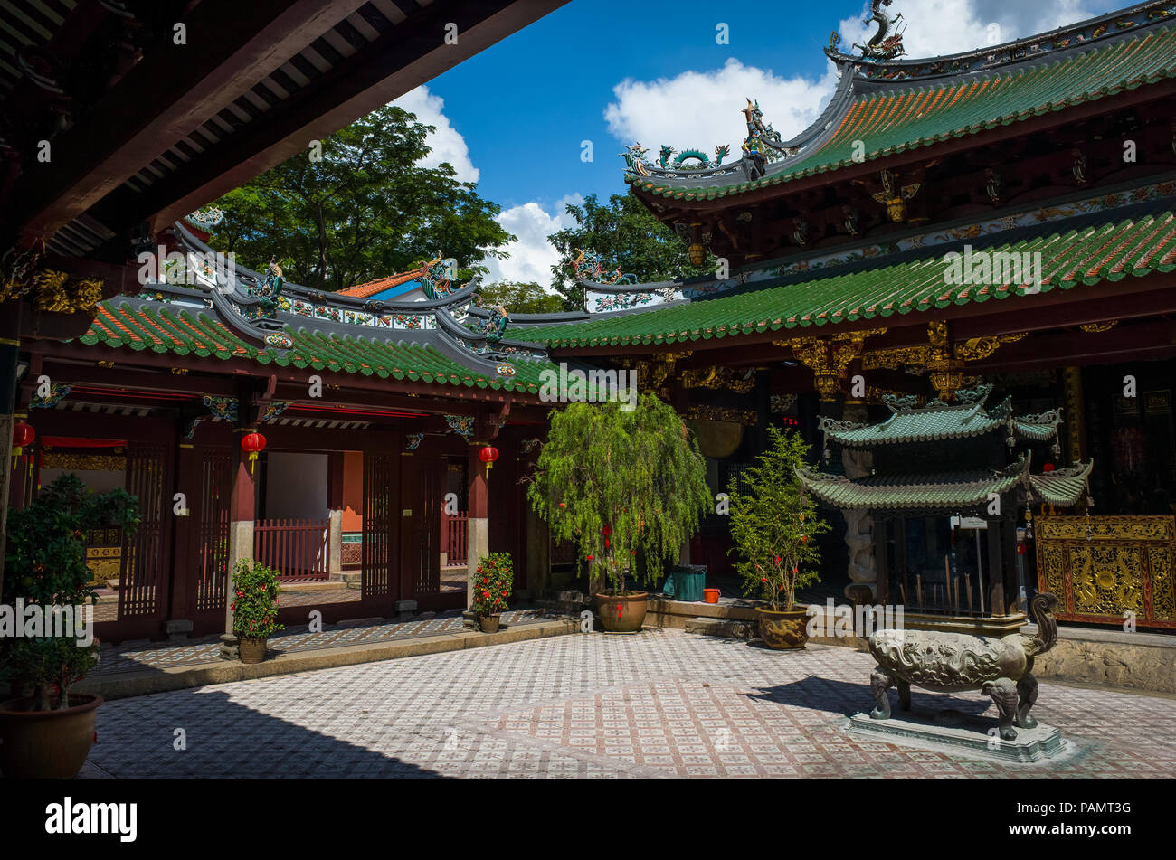Singapore, Singapore - May 04, 2017: Courtyard at the ornate Thian Hock Keng Temple on Telok Ayer Street. It's the oldest and most sacred Hokkien cent - Stock Image