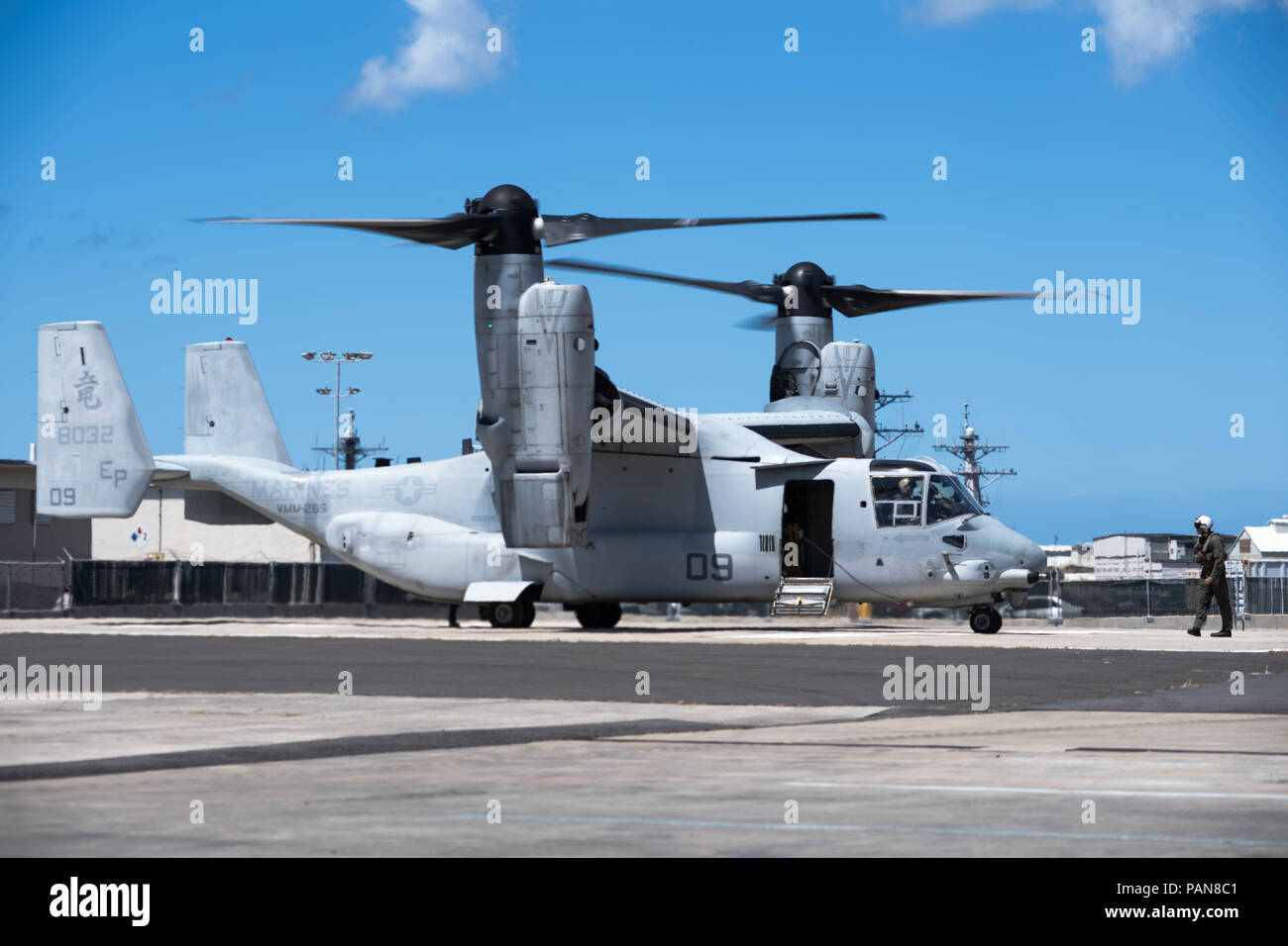 180720-N-ND356-0112 PEARL HARBOR (July 20, 2018) A MV-22 Osprey with Marine Medium Tilt-rotor Squadron 265 (VMM-265) conducts a pre-launch sequence prior to take off. VMM-265 is assisting with the aircraft's transition from Okinawa, Japan to Marine Corps Base Hawaii. (U.S. Navy photo by Mass Communication Specialist 2nd Class Jessica O. Blackwell) - Stock Image