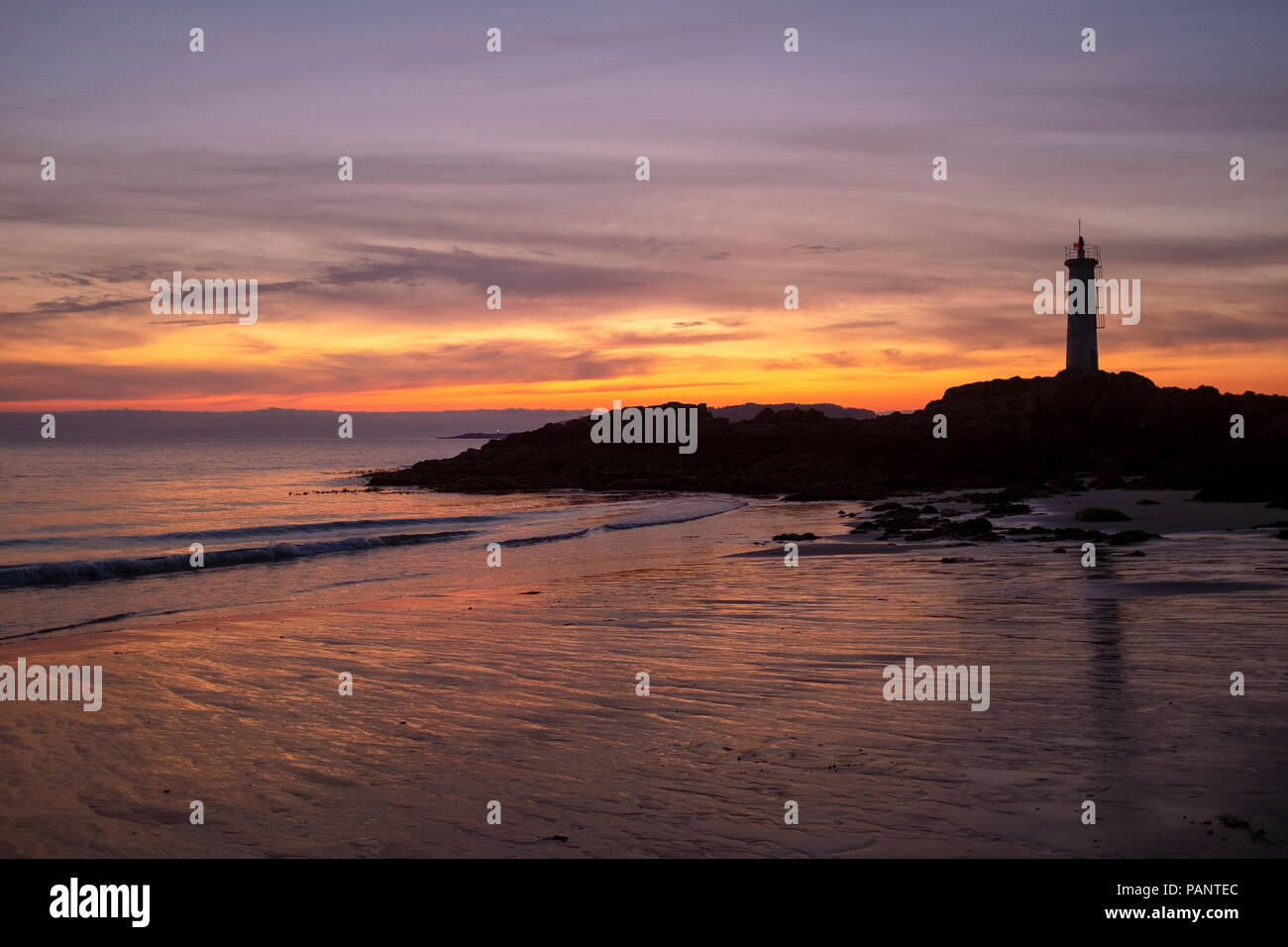 Silhouette of the lighthouse in Playa do Lago, Muxia, Galicia, Spain - Stock Image