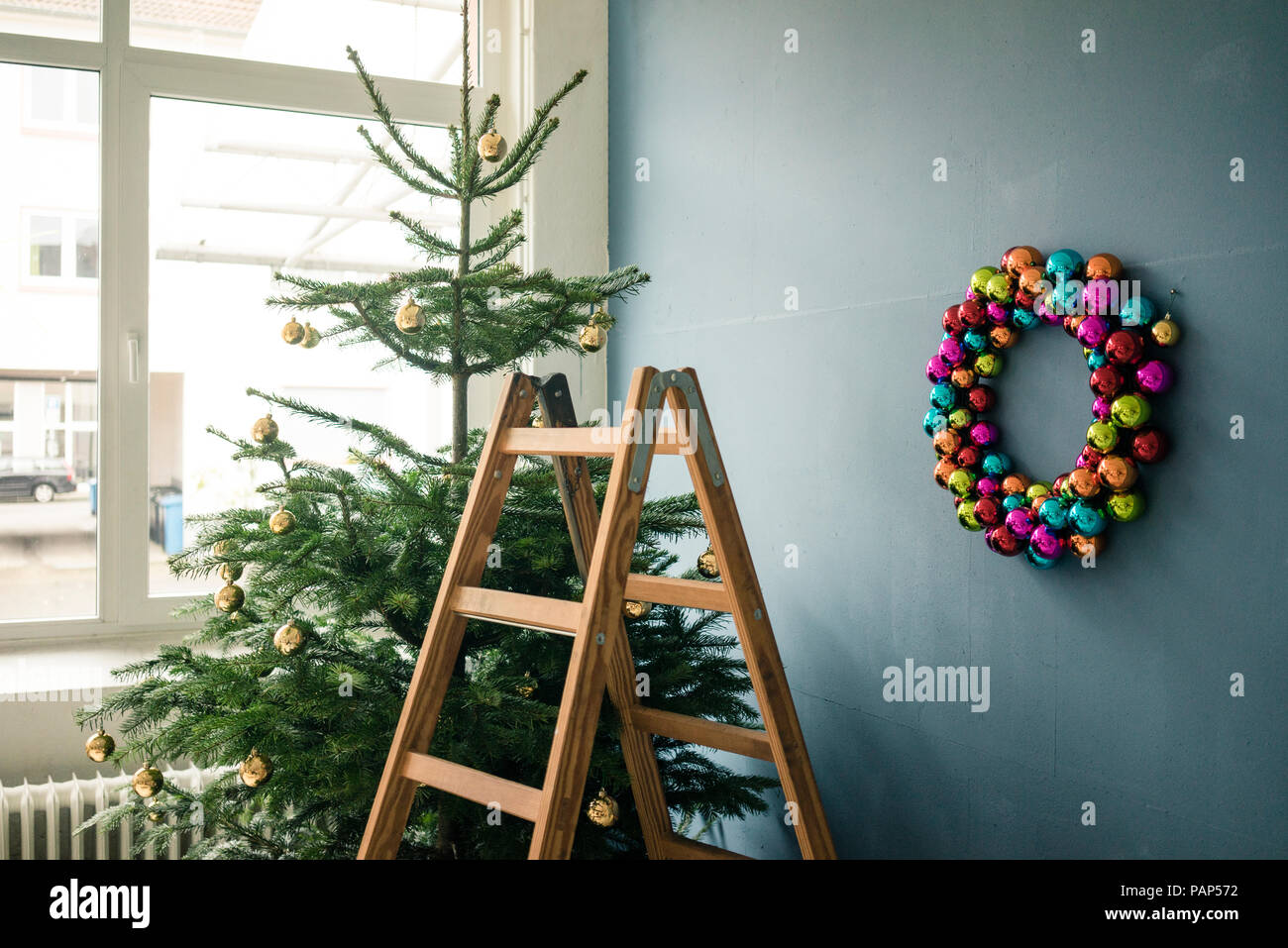 Ladder Christmas Tree.Christmas Tree Christmas Wreath And Ladder In A Loft Stock