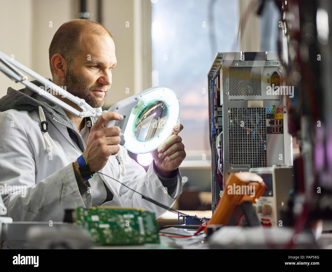 Technician working in electronic laboratory - Stock Image