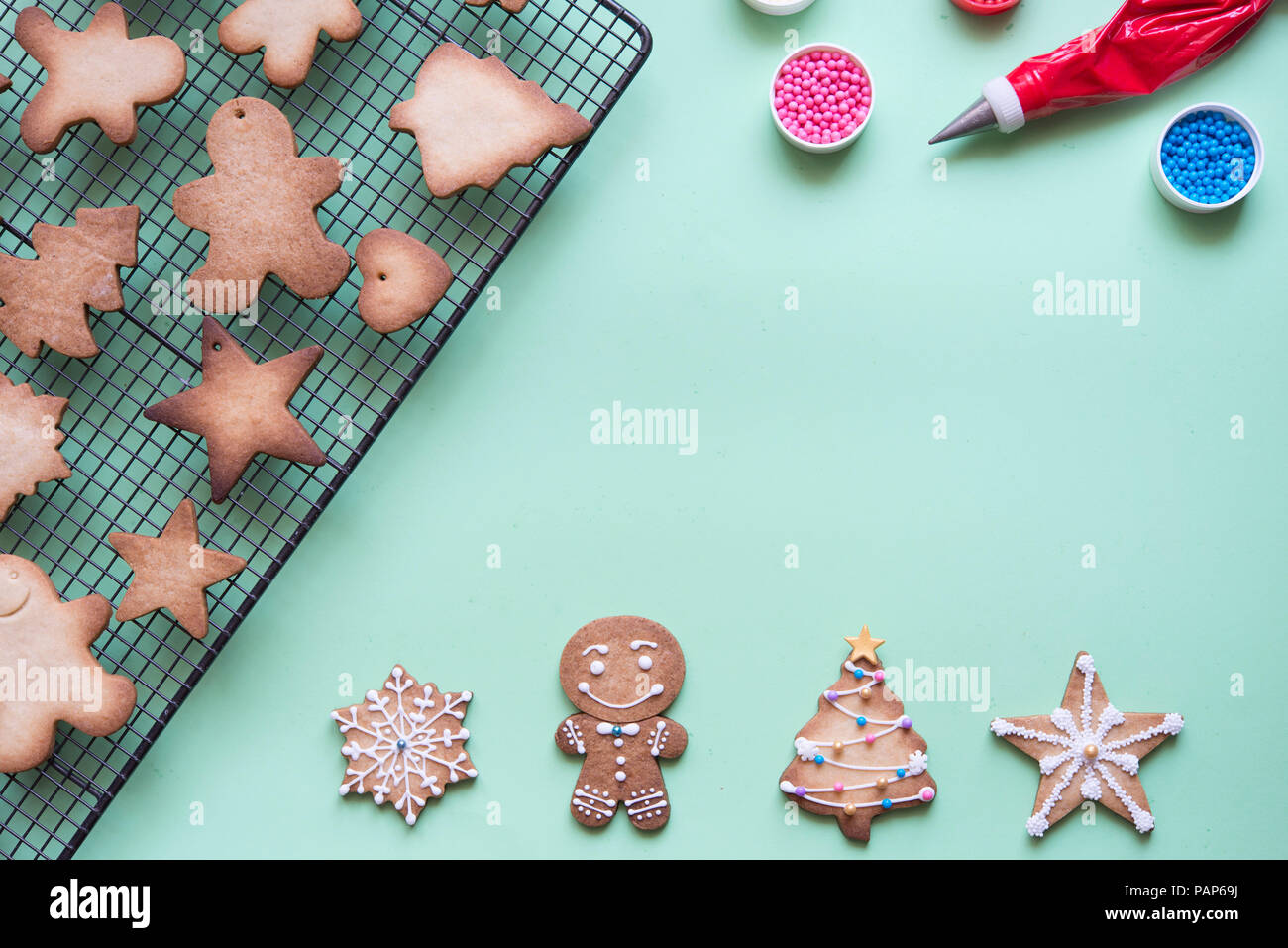 Decorating gingerbread with sugar icing - Stock Image