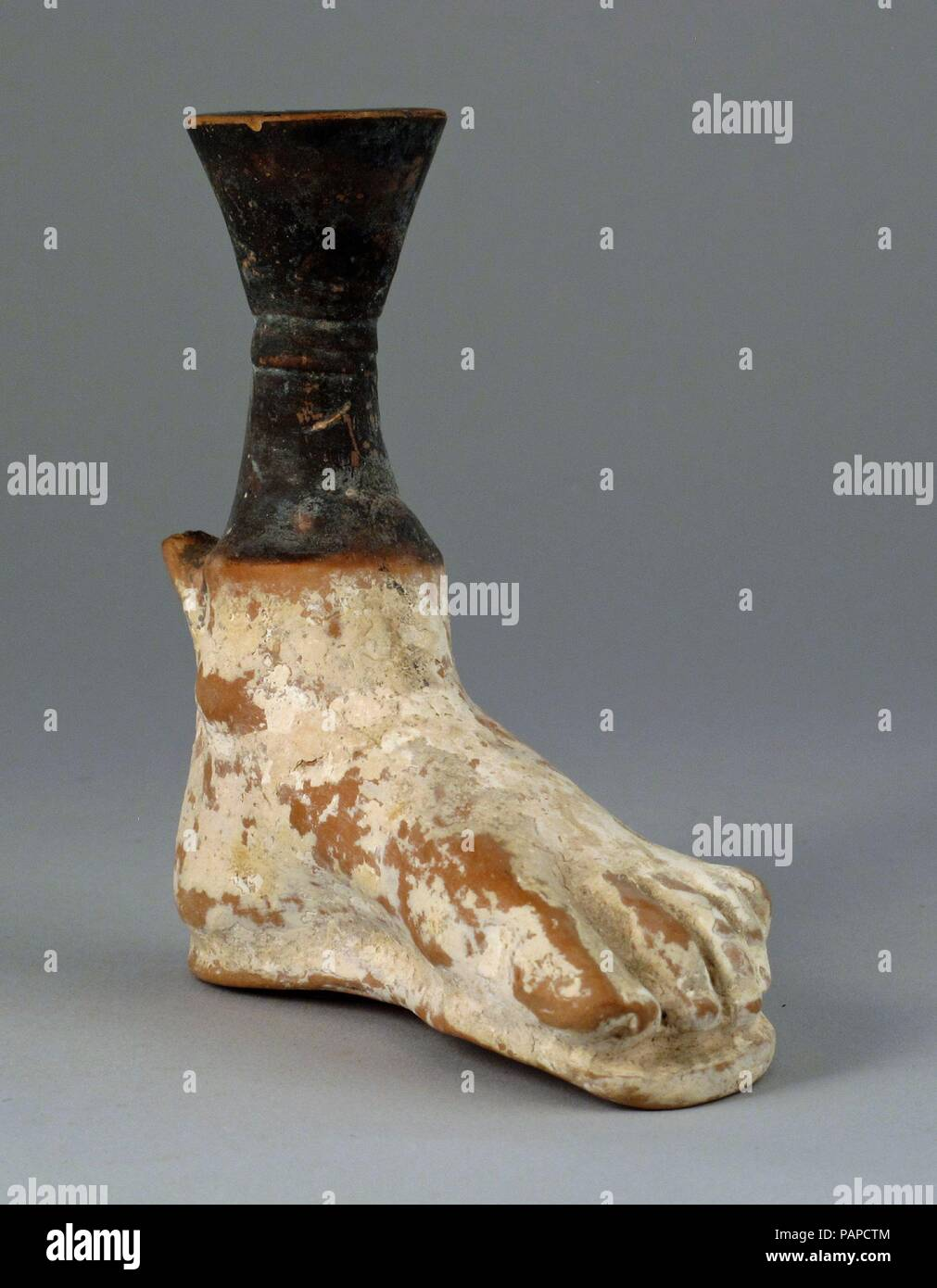 Aryballos in the form of a foot. Culture: Greek, Attic. Dimensions: Other: 3/8 × 1 5/16 × 3 7/16 × 1 in. (1 × 3.3 × 8.8 × 2.6 cm). Date: ca. 400 B.C..  In the shape of a left foot. Museum: Metropolitan Museum of Art, New York, USA. - Stock Image