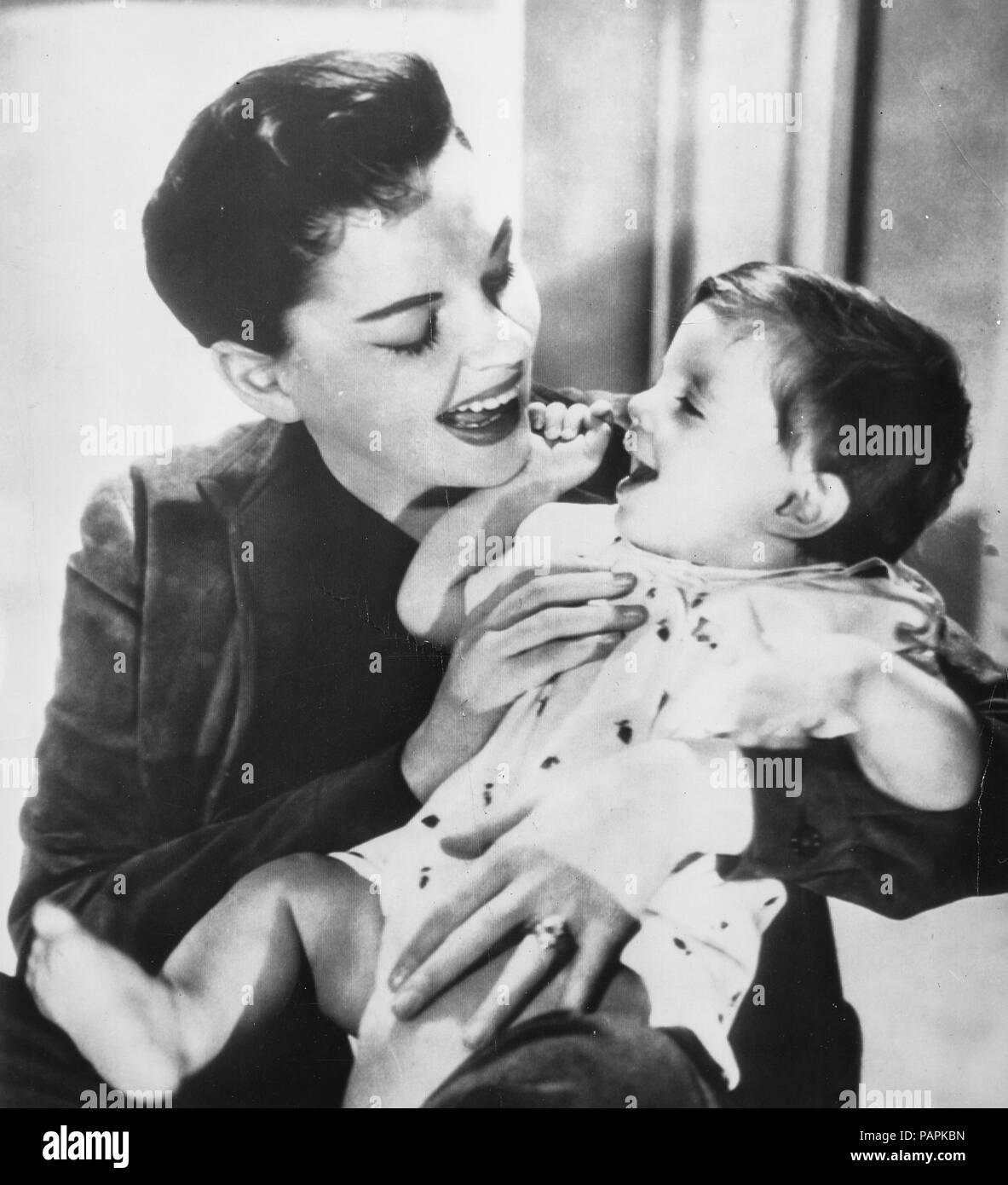 judy garland with son joseph, hollywood, los angeles, california, 1956 - Stock Image