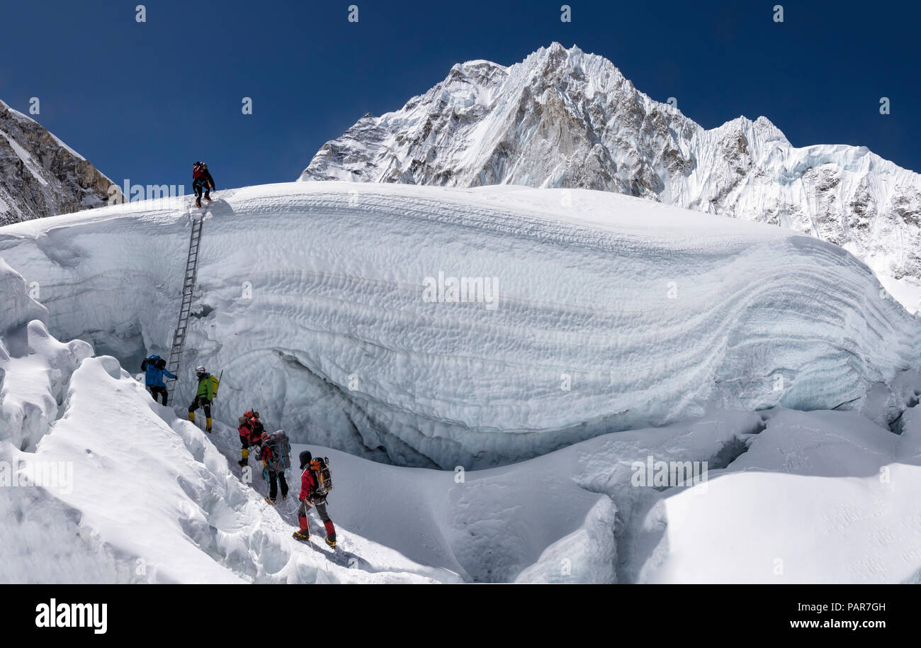 Nepal, Solo Khumbu, Everest, Sagamartha National Park, Mountaineers climbing icefall - Stock Image