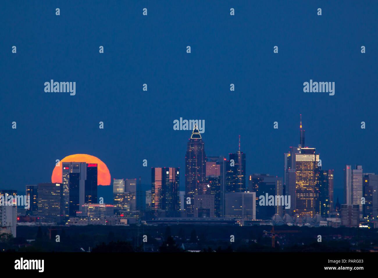 Mondaufgang über Frankfurt - Stock Image