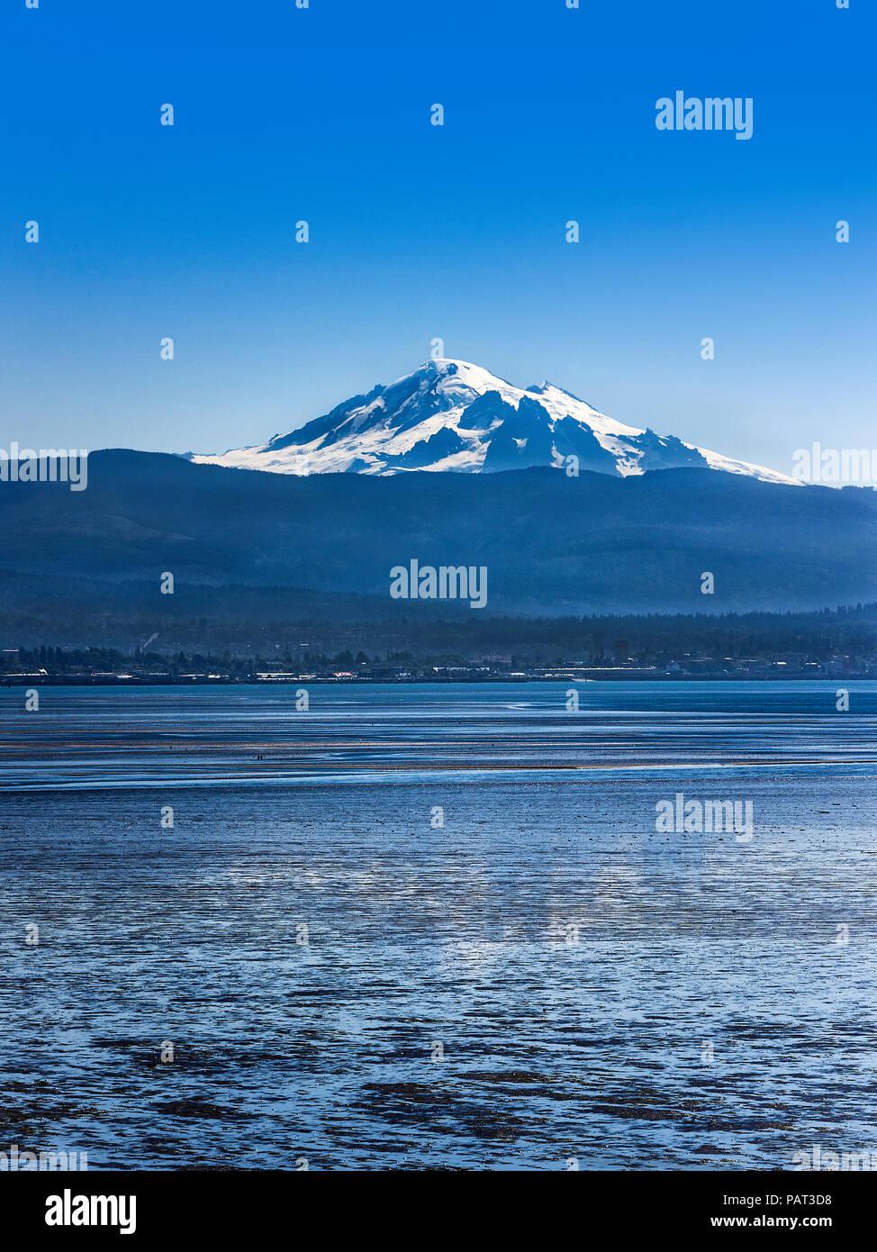 Mt. Baker across Bellingham Bay, Bellingham, Washington, Pacific Northwest, USA. - Stock Image