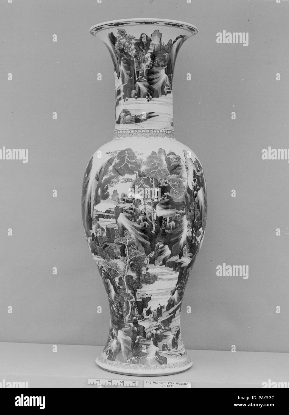 Vase with landscape scenes. Culture: China. Dimensions: H. 29 in. (73.7 cm). Date: late 17th century.  This idyllic landscape enjoyed by scholar-gentlemen directly recalls contemporaneous court paintings that evoke tenth- and eleventh-century traditions. Museum: Metropolitan Museum of Art, New York, USA. - Stock Image