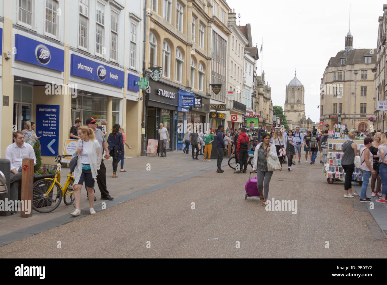 Oxford, Oxfordshire, UK. 23rd June 2018. UK Weather. Shoppers outside Boots in the sunshine and shopping in picturesque Oxford. - Stock Image