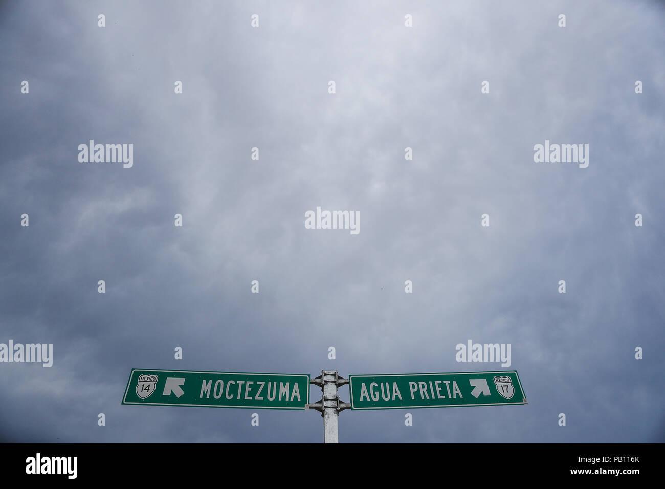 Señalizacion en carretera. Ruta a Agua Prieta y Ruta a Moctezuma en la carretera la intersección en Nacozari. - Stock Image