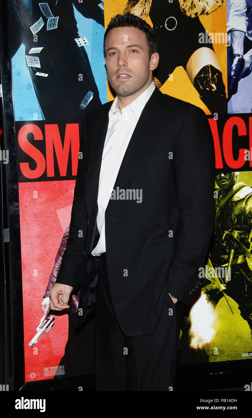 Ben Affleck arriving at the Smokin' Aces at the Chinese Theatre In Los Angeles. January 18, 2007.  eye contact 3/402_AffleckBen019 Red Carpet Event, Vertical, USA, Film Industry, Celebrities,  Photography, Bestof, Arts Culture and Entertainment, Topix Celebrities fashion /  Vertical, Best of, Event in Hollywood Life - California,  Red Carpet and backstage, USA, Film Industry, Celebrities,  movie celebrities, TV celebrities, Music celebrities, Photography, Bestof, Arts Culture and Entertainment,  Topix, vertical, one person,, from the years , 2006 to 2009, inquiry tsuni@Gamma-USA.com - Three Qu - Stock Image