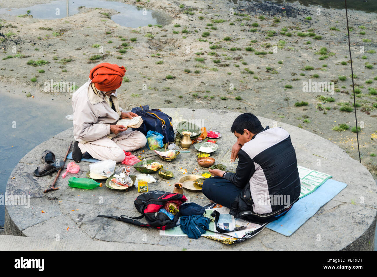 Hindu ritual on the banks of Bagmati river during Maha Shivaratri, Pashupatinath Temple, Kathmandu, Nepal - Stock Image