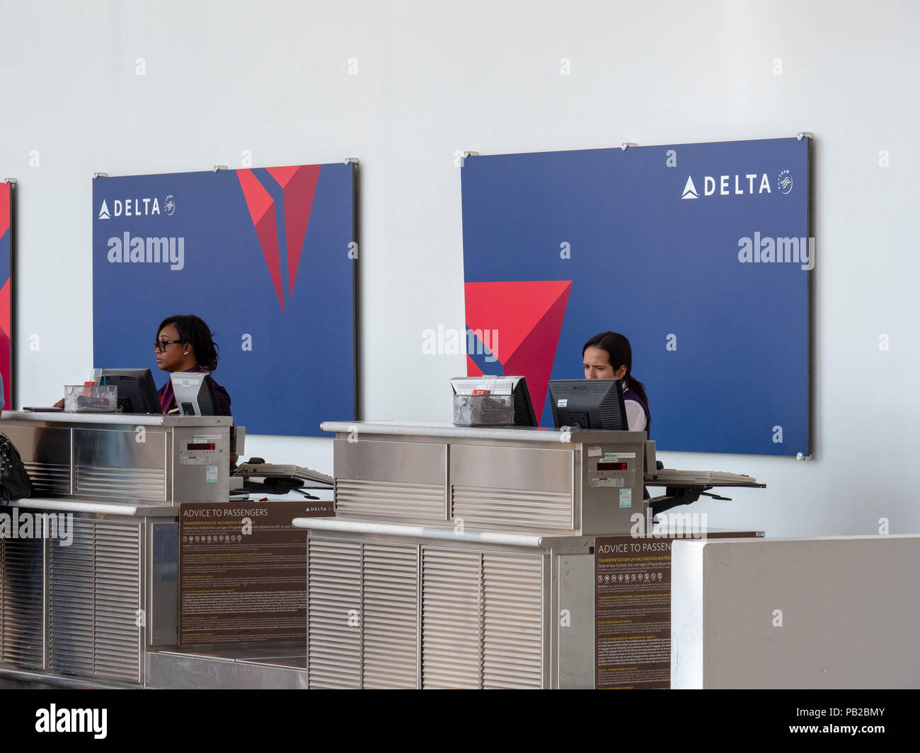 Delta Airlines check in line for passengers and baggage at Reagan National Airport - Stock Image