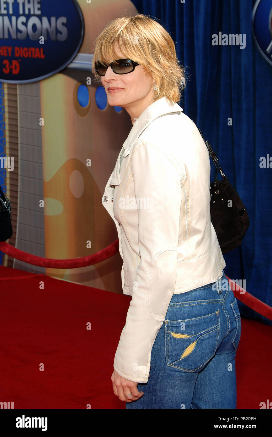Jodie foster arriving at the meet the robinsons premiere at the el jodie foster arriving at the meet the robinsons premiere at the el capitan theatre in los angeles 34 eye contact over the shoulder sun glassfosterjodie054 m4hsunfo