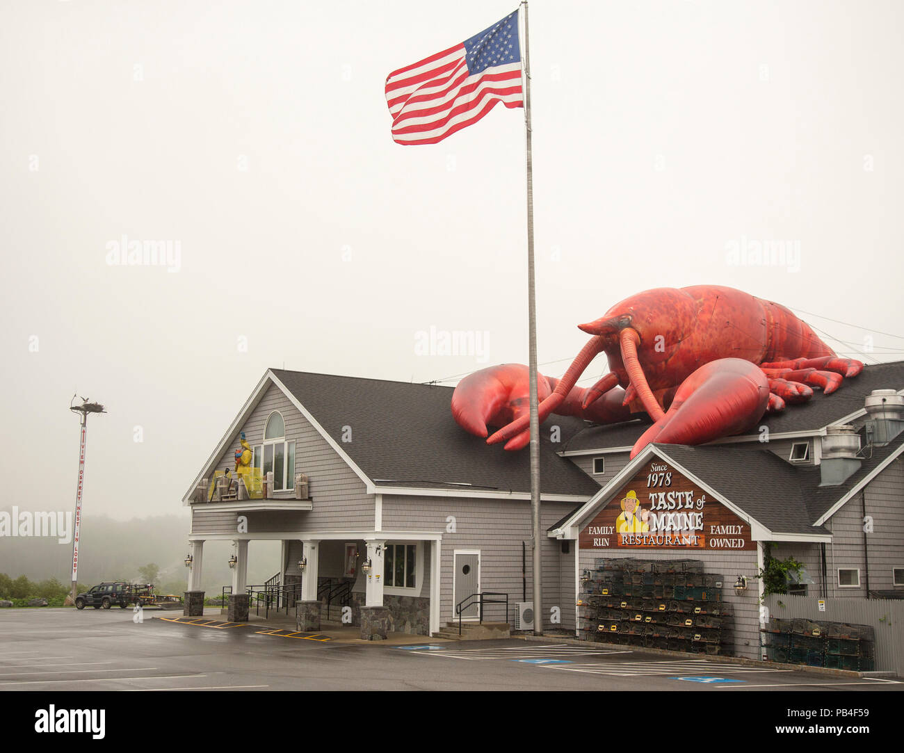 Seafood restaurant with lobster on top in Woolwich, Maine - Stock Image