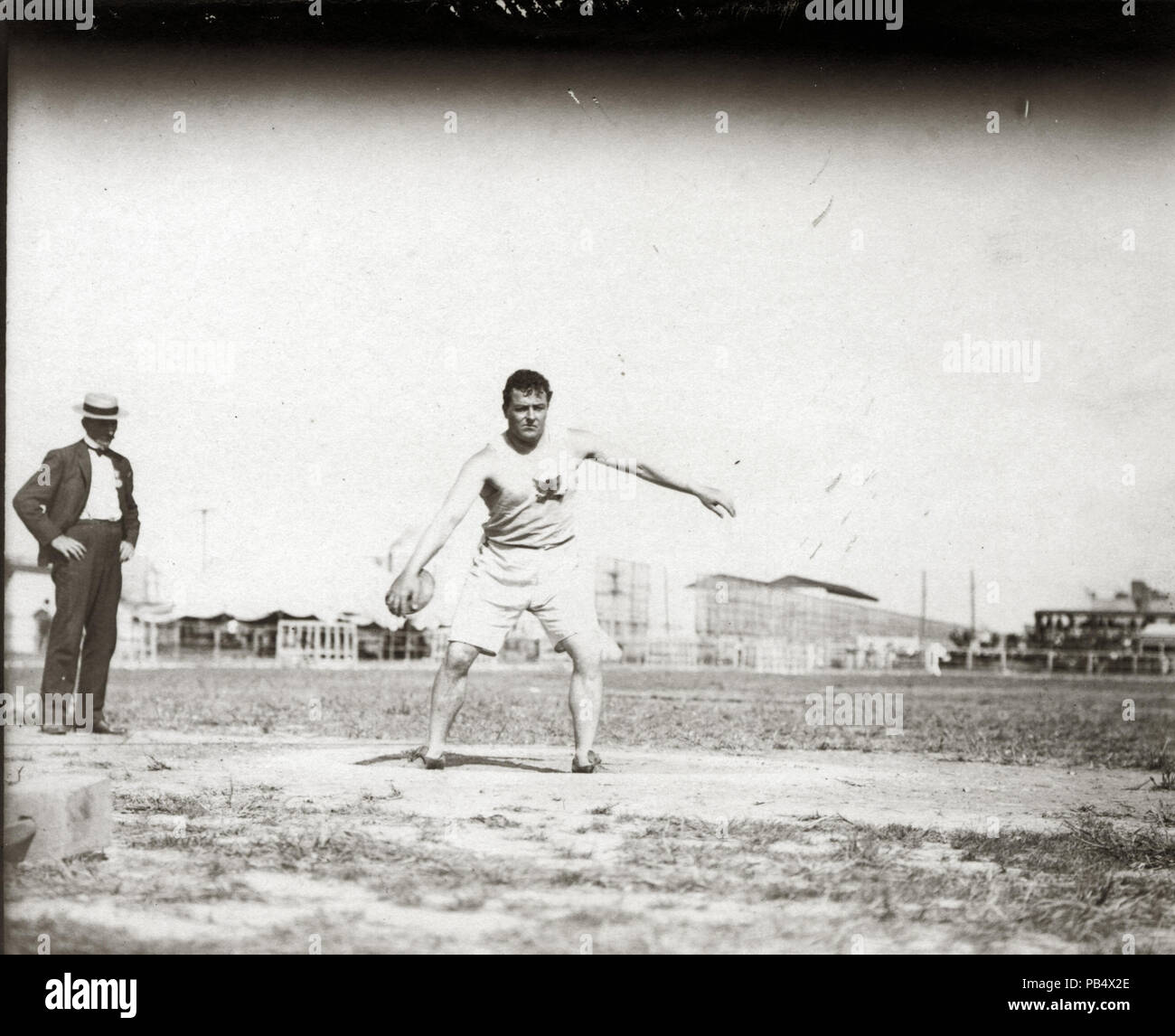 837 John Flannigan of the Greater New York Irish Athletic Association throwing a discus at the 1904 Olympics - Stock Image