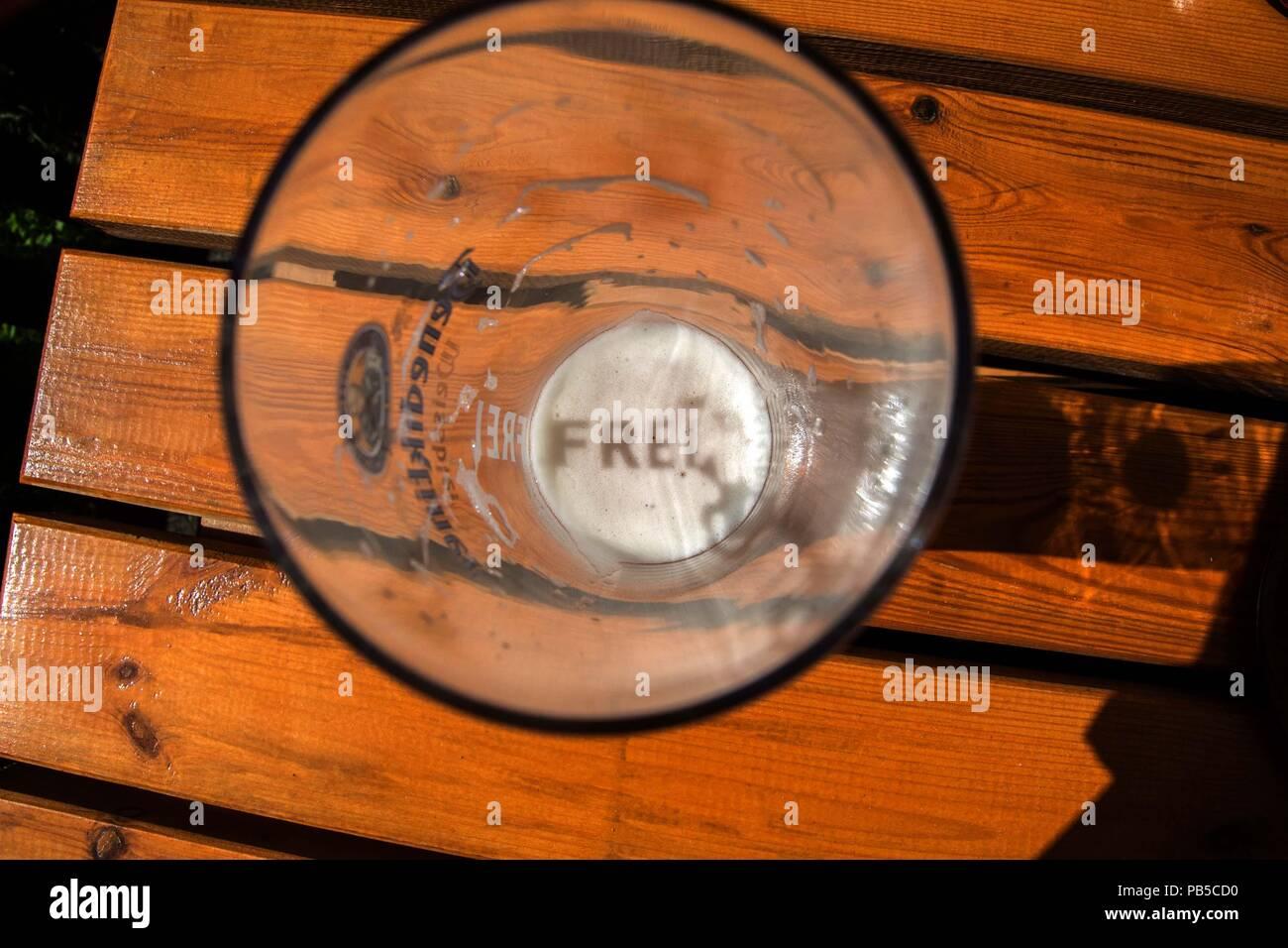 Weizenbier in dessen Schaumkrone sich das Wort frei spiegelt - Stock Image