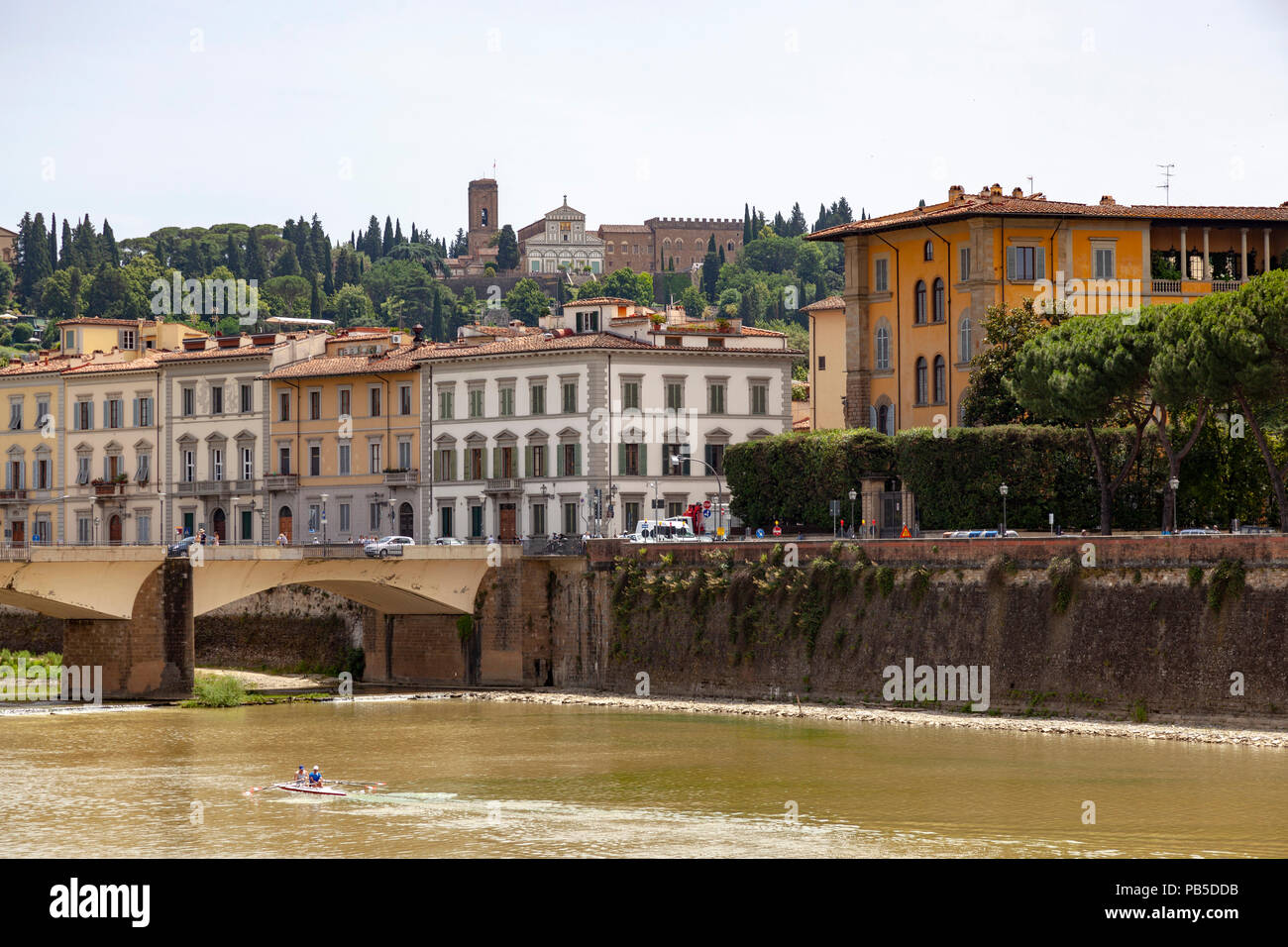 The left bank of the Arno river with in the background the San Miniato al Monte church built on one of the hills of Florence. La rive gauche de l'Arno - Stock Image