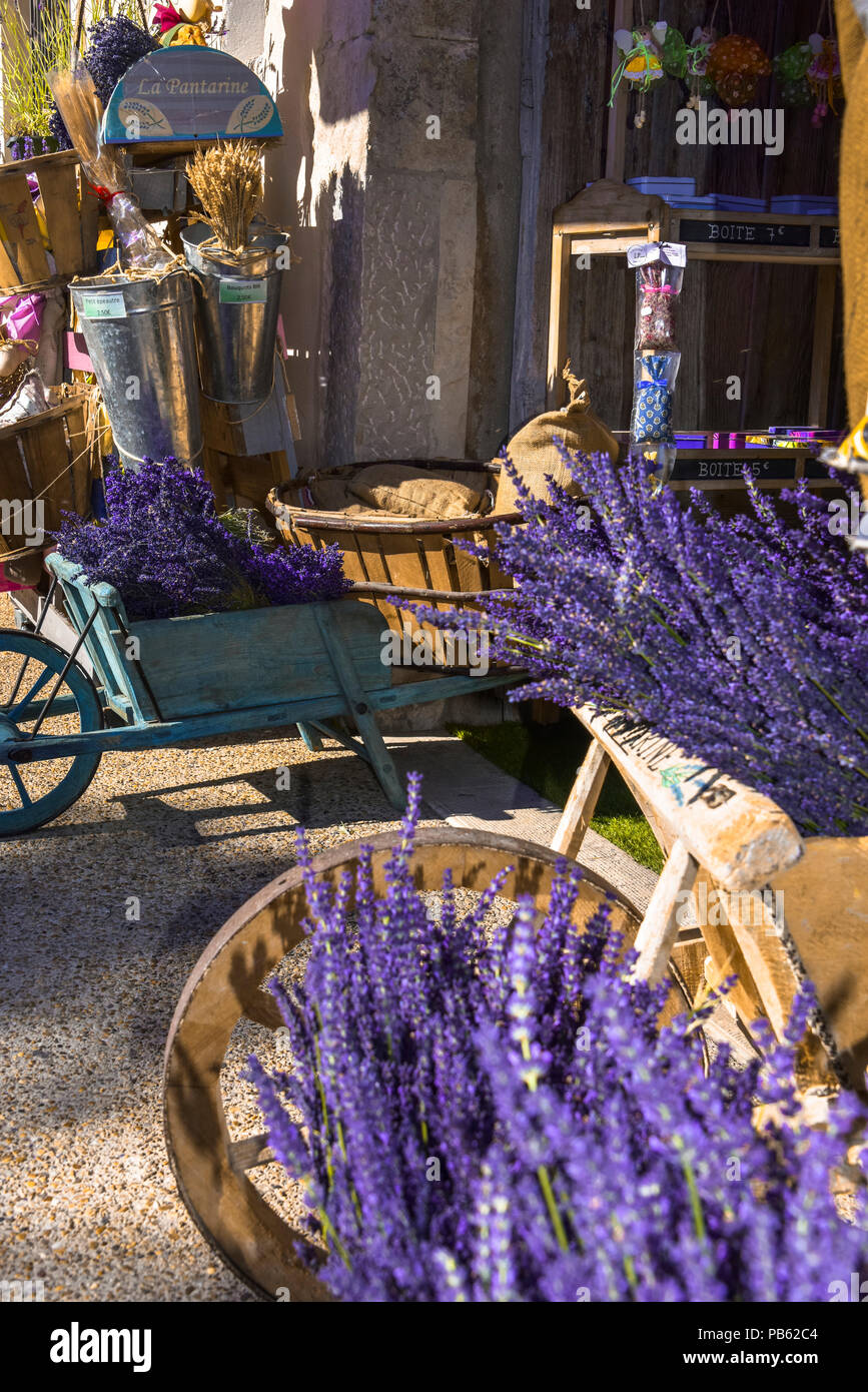 typical decoration with lavender and wooden handcart, Provence, France, storefront in Sault, department Vaucluse, region Provence-Alpes-Côte d'Azur Stock Photo