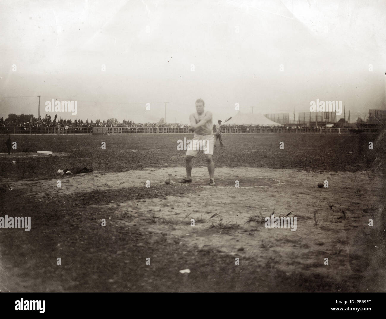 837 John Flannigan of the Greater New York Irish Athletic Association, throwing the 16 pound hammer during the 1904 Olympics - Stock Image
