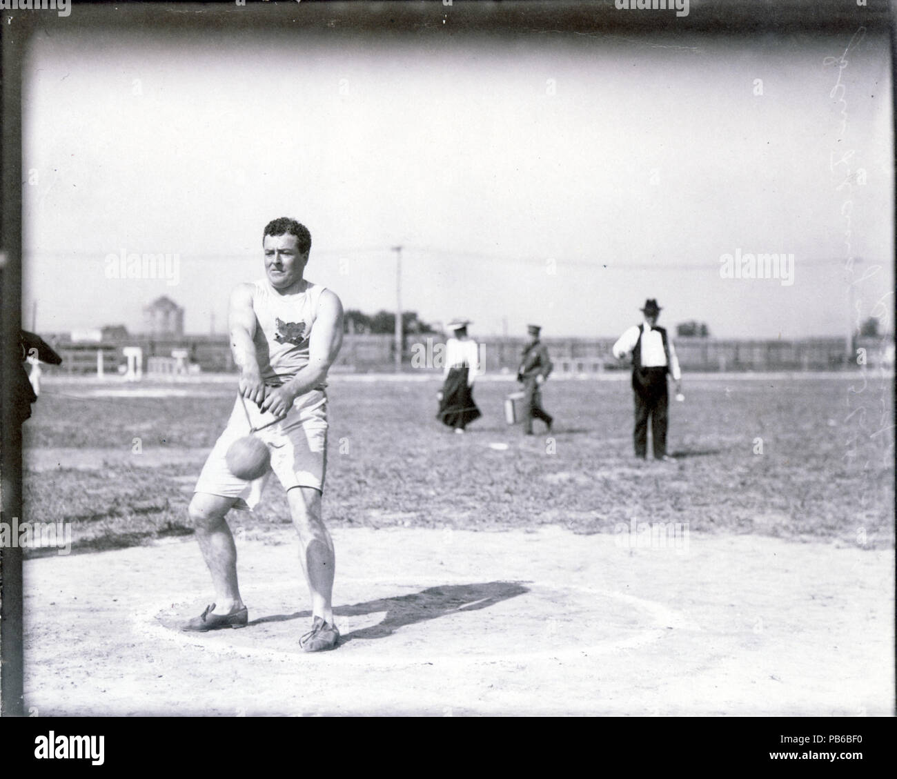 837 John Flannigan of the Greater New York Irish Athletic Association performing the 56 pound hammer throw at the 1904 Olympics - Stock Image