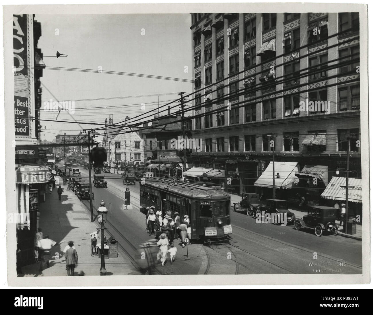 1172 Passengers boarding and debarking from Grand Avenue Car No. 23, approaching Grand and Olive Stock Photo