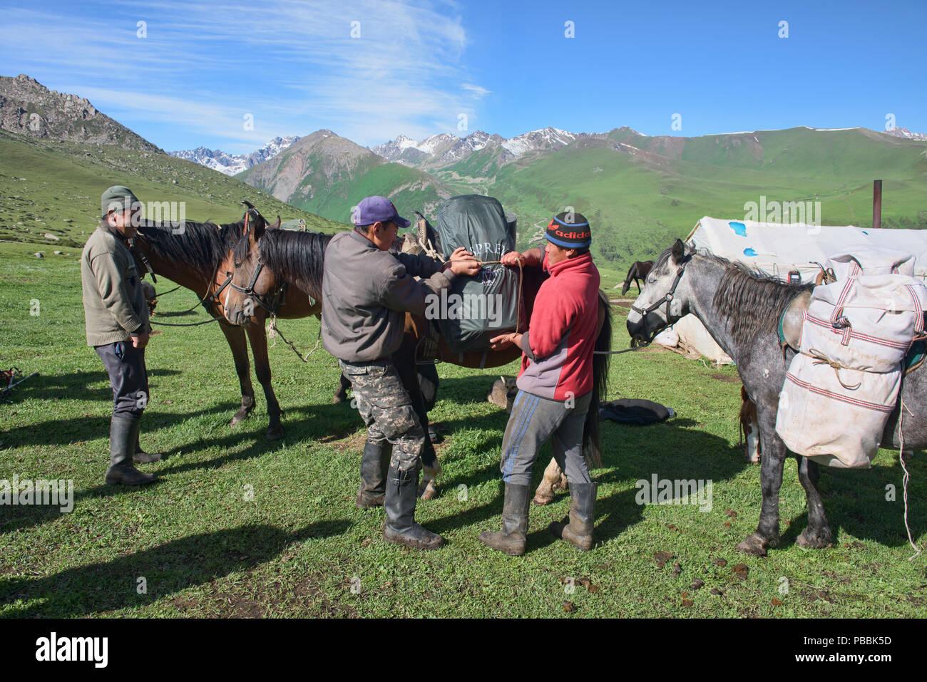 Horse trekking the alpine Keskenkija Trek, Jyrgalan, Kyrgyzstan - Stock Image